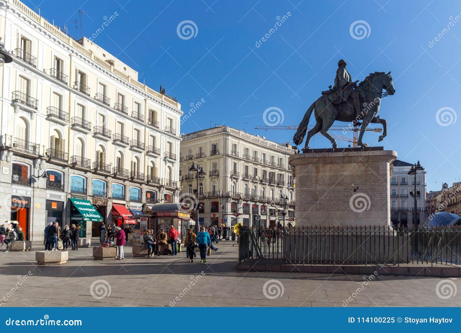 Конноспортивная статуя Карлоса III на Puerta del Sol в Мадриде, Испании