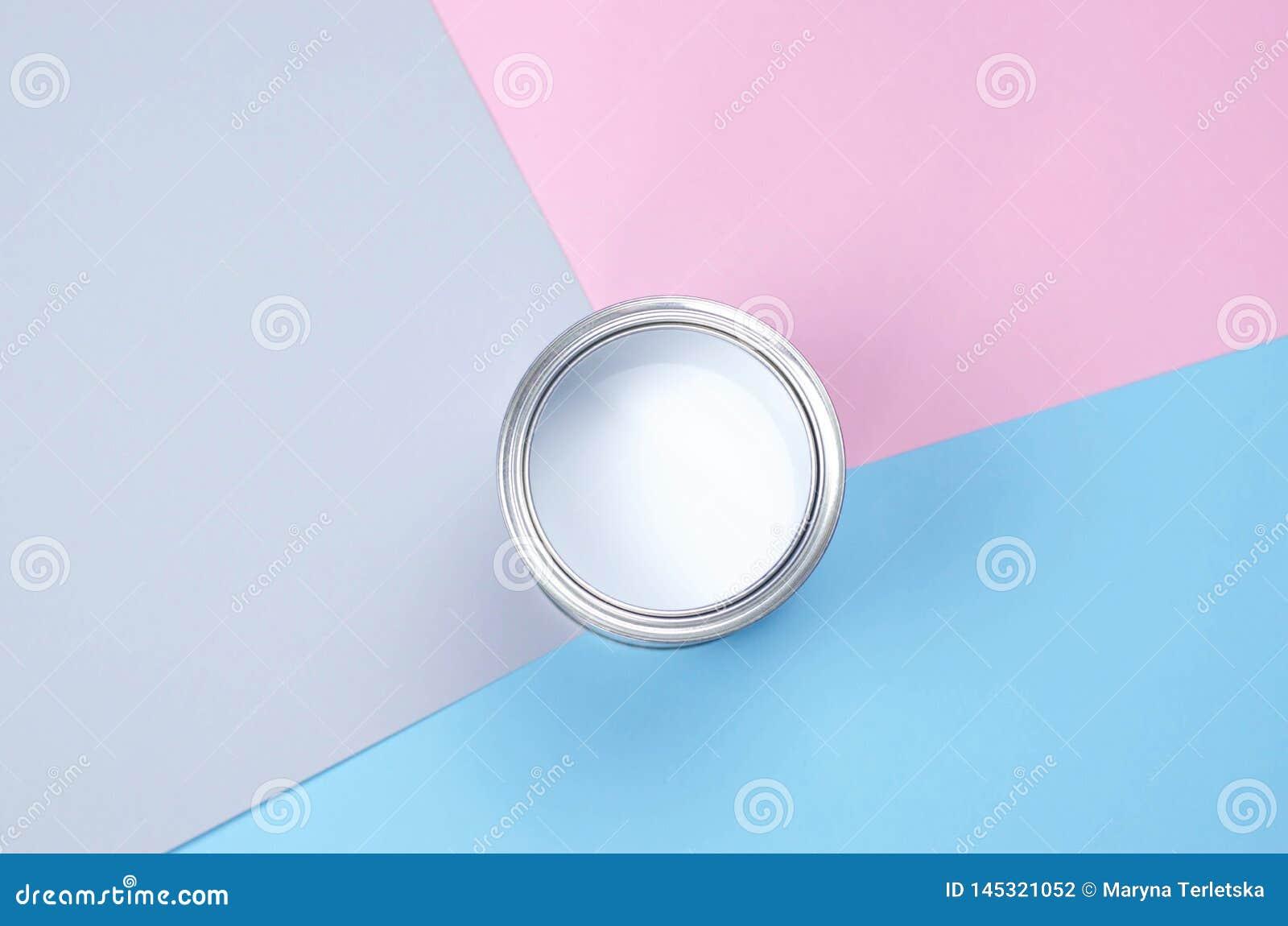 Консервная банка Open с белой краской на розов-голубой предпосылке