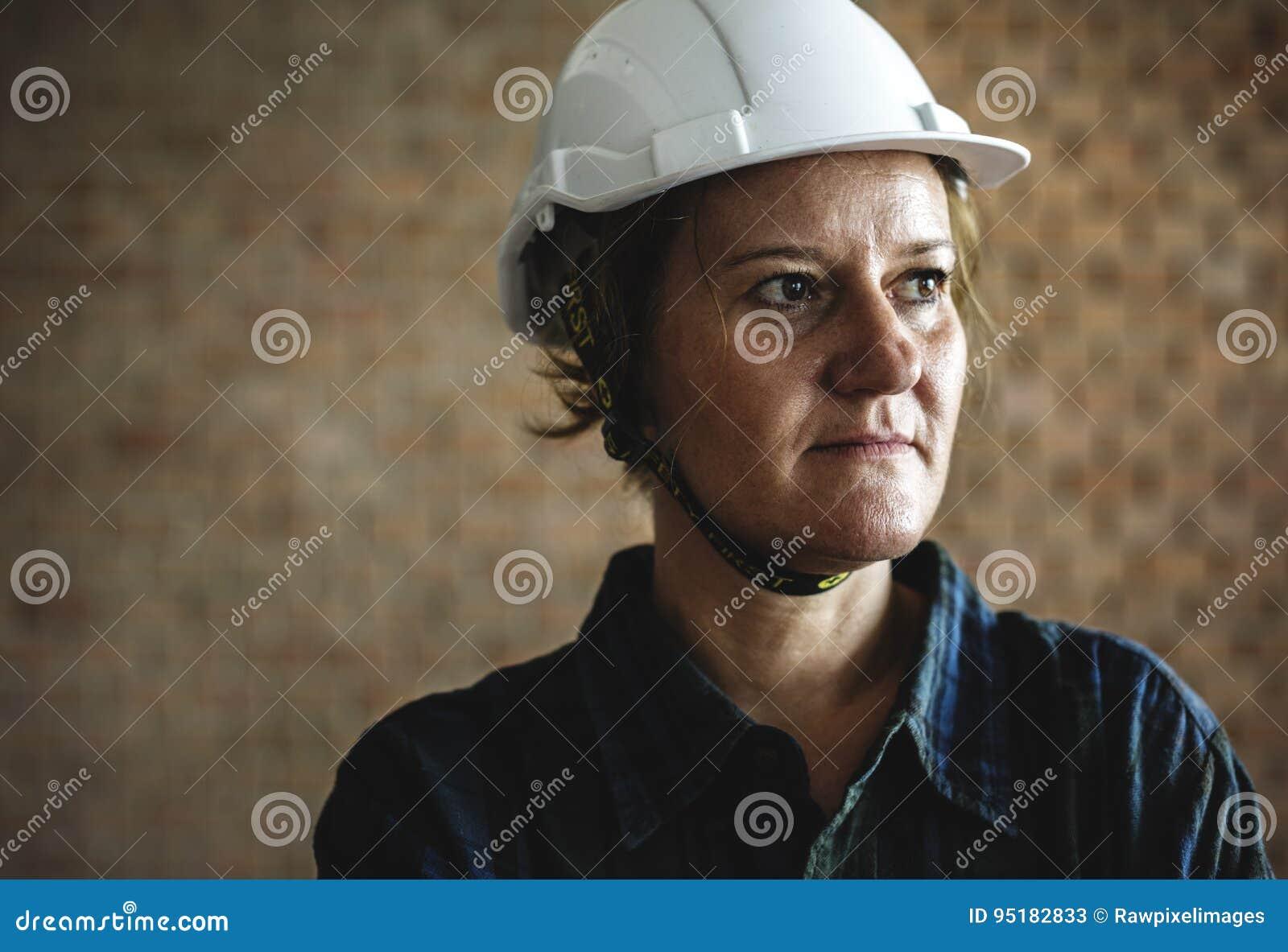 Конструктор женщины нося трудный шлем
