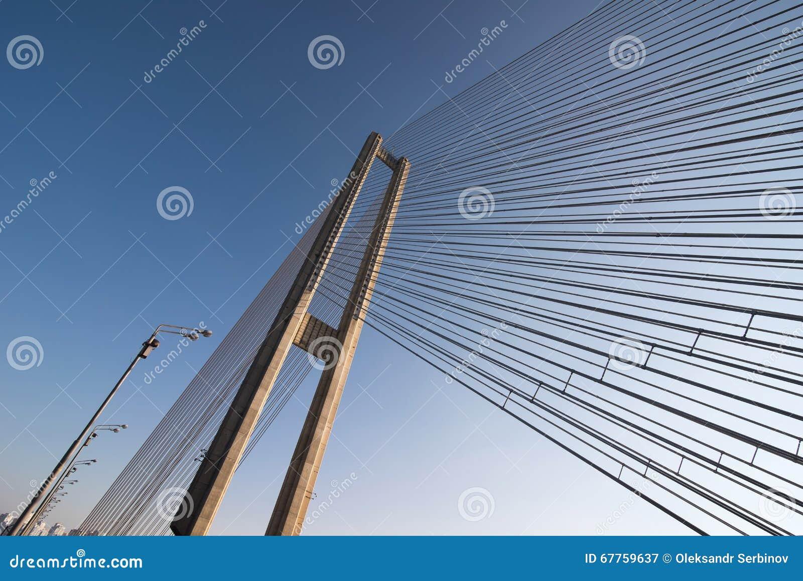Конструкции стальных веревочек моста на предпосылке неба