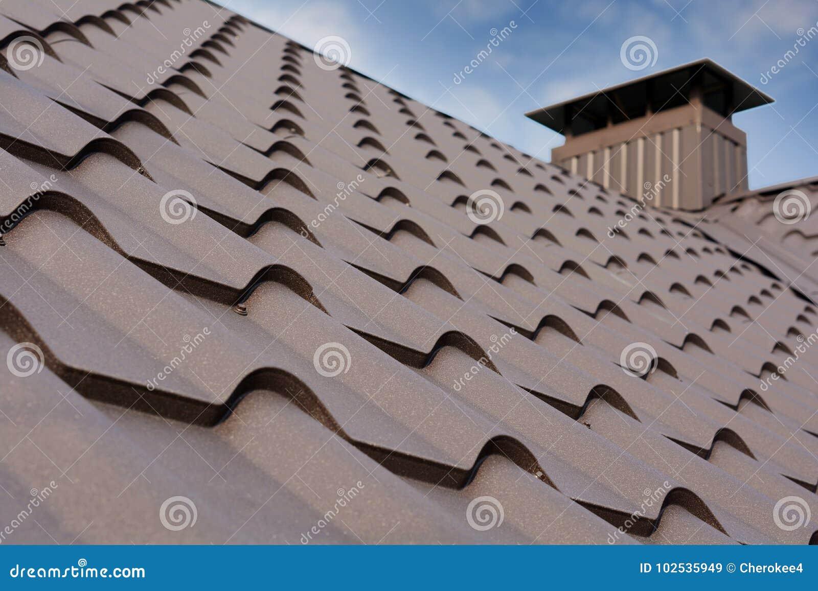 Конструкция крыши металла против голубого неба Материалы толя Крыша дома металла Строительные материалы конструкции дома крупного