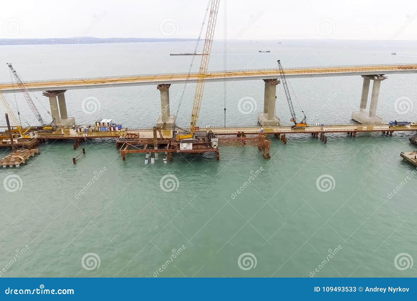 Конструкция моста Объекты инженерства для конструкции моста железной дороги и автомобиля через пролив