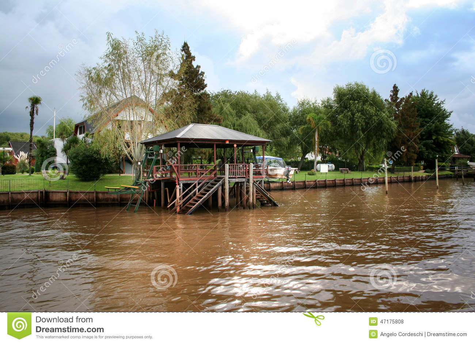 Конструкция Wooned на реке Городок Tigre (Буэнос-Айрес)