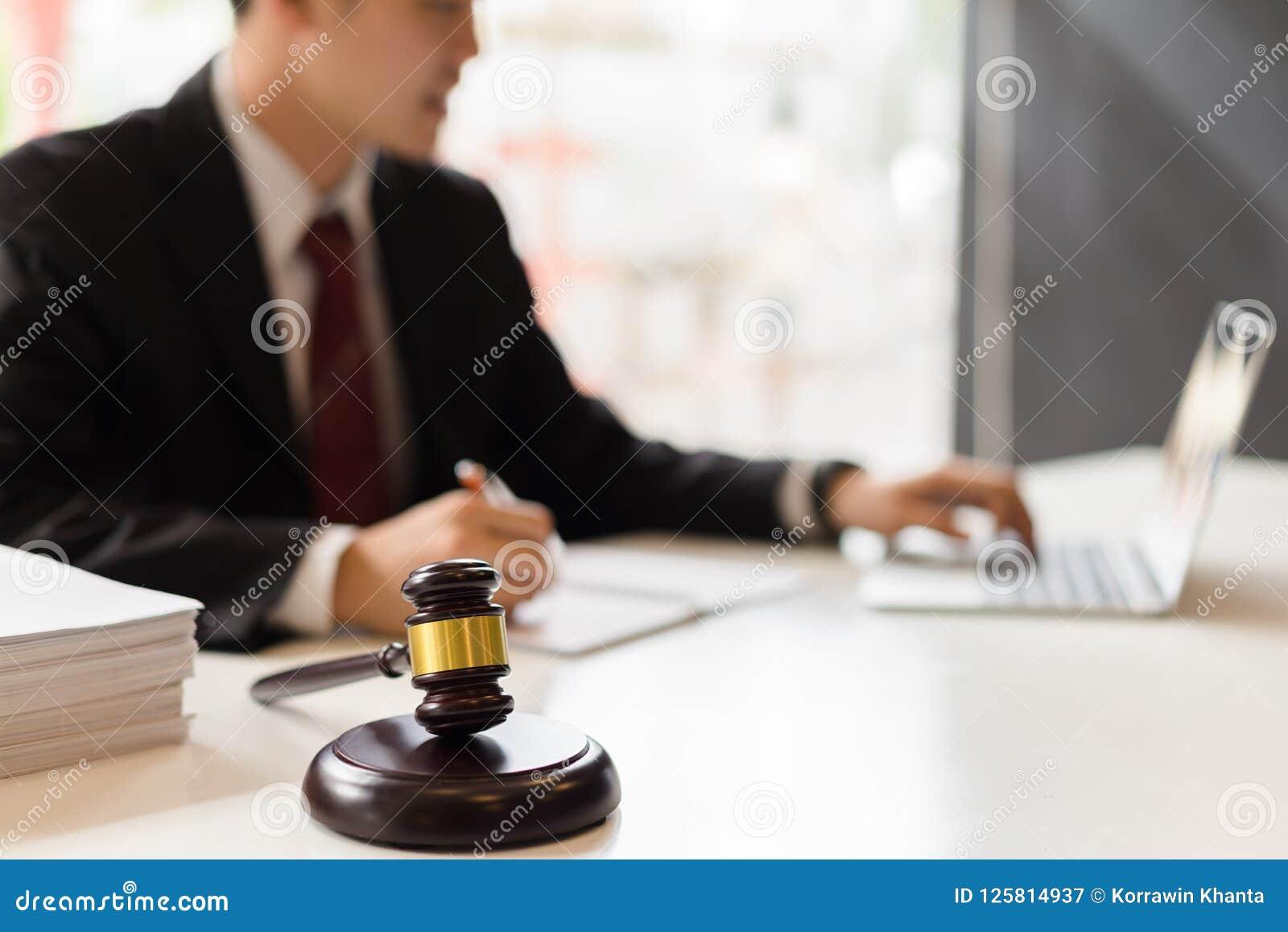 Консультант по юридическим вопросам работая с портативным компьютером