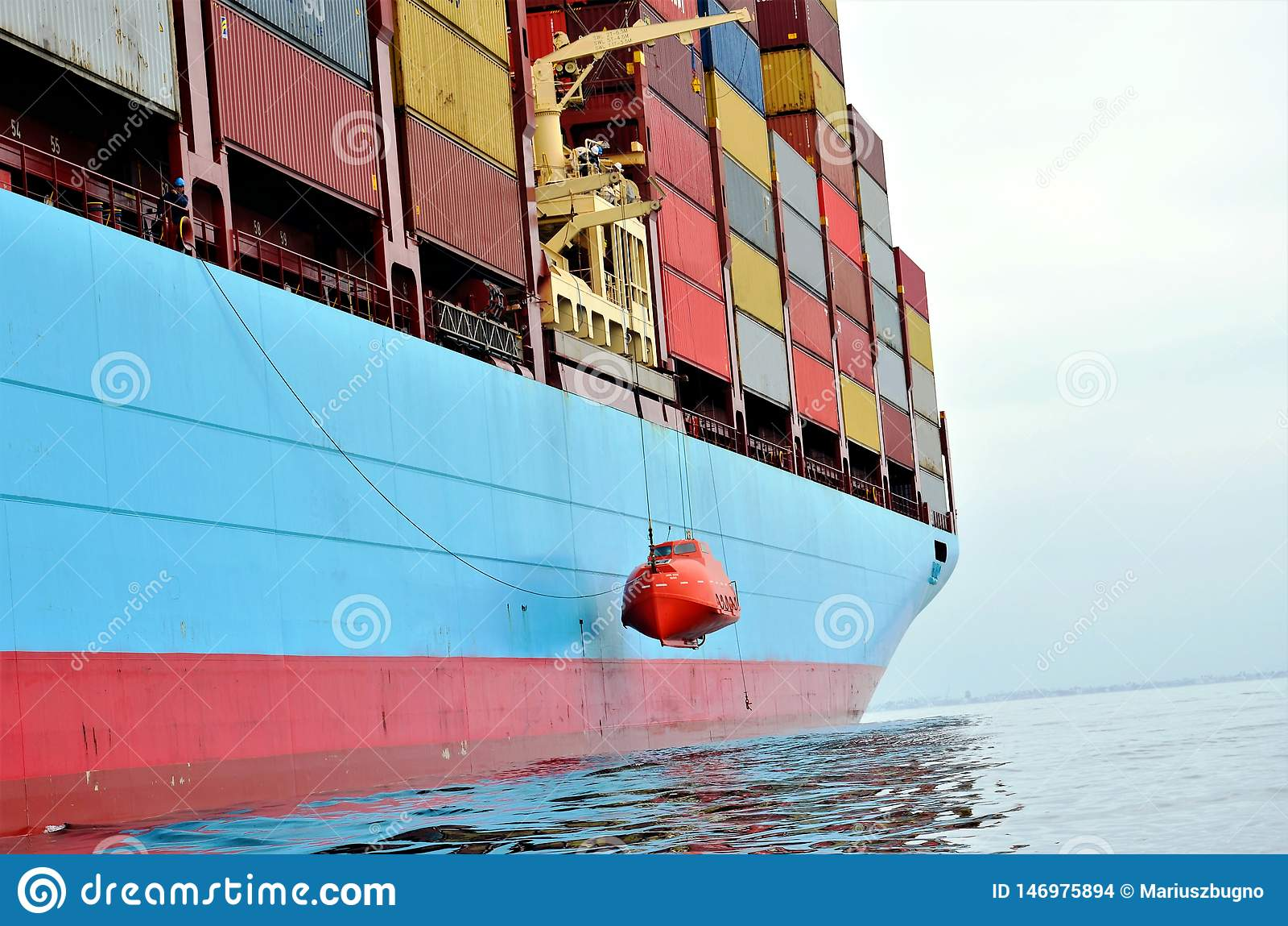 Контейнеровоз на анкере, ждать для того чтобы войти порт