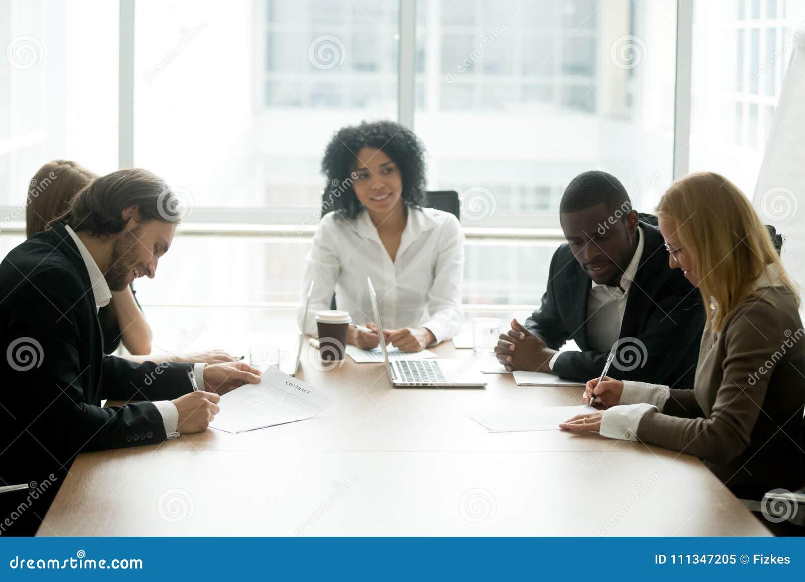 Контракты бизнесмена и коммерсантки подписывая на multira группы