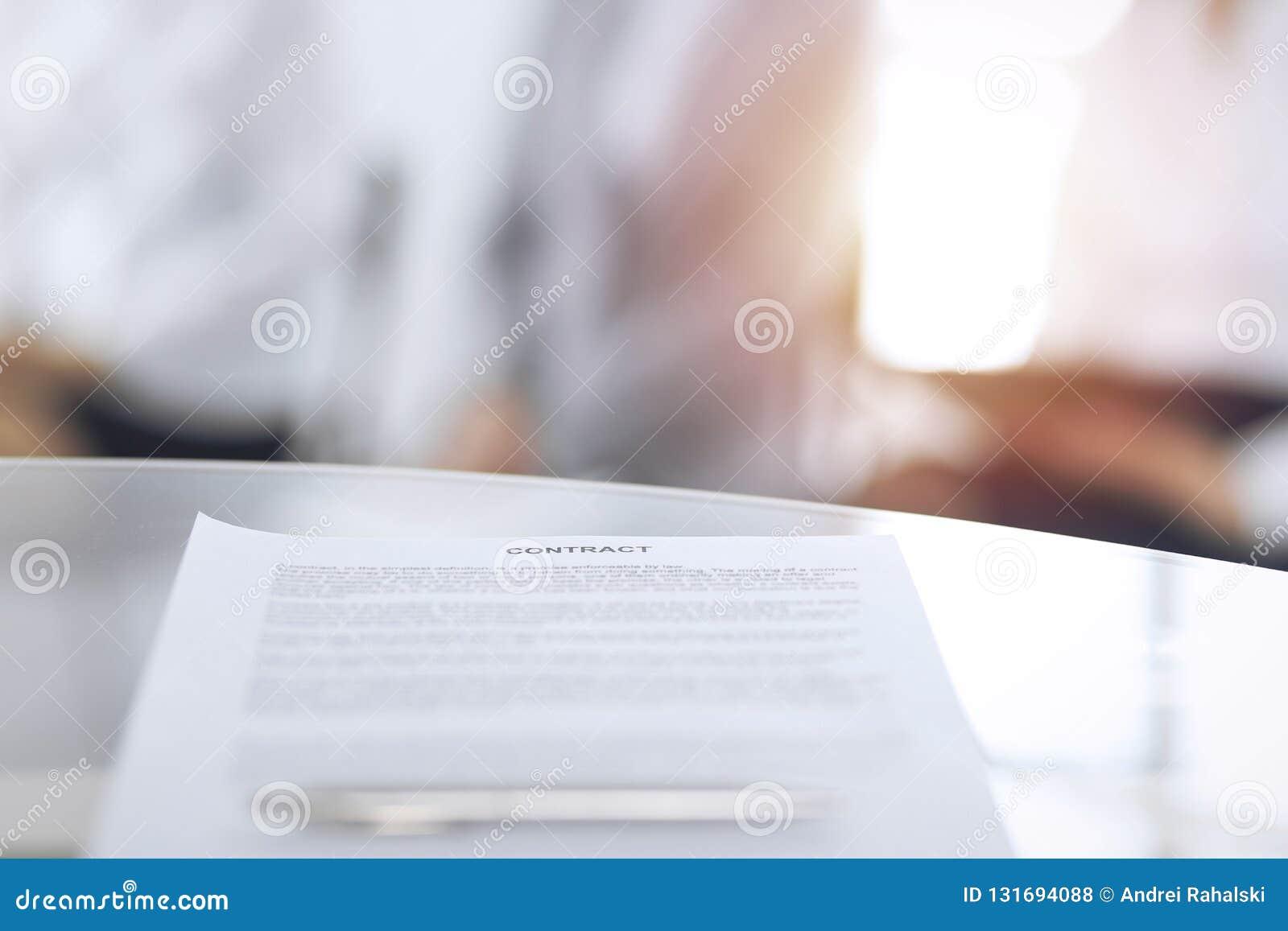 Контракт с ручкой и запачканными бизнесменами на предпосылке, концом-вверх Женские выбранные ждать интервью на