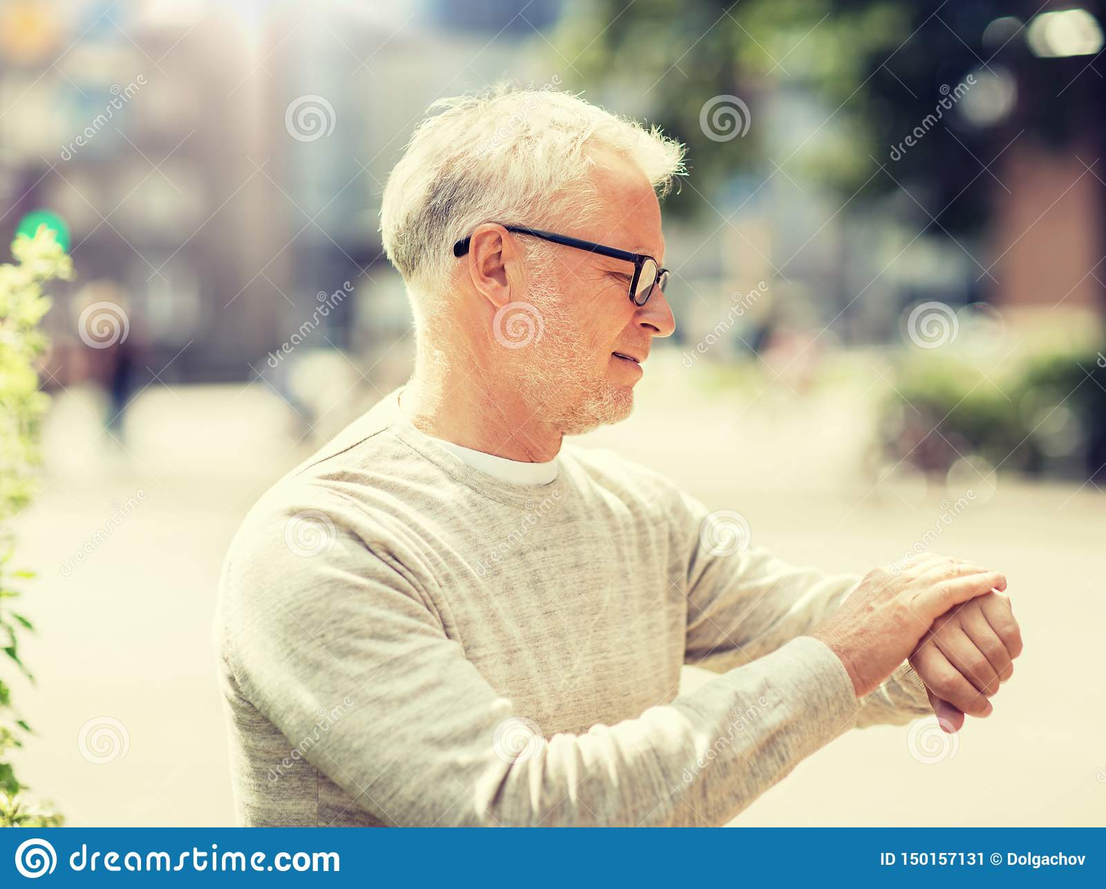 Контрольное время старшего человека на его наручных часах