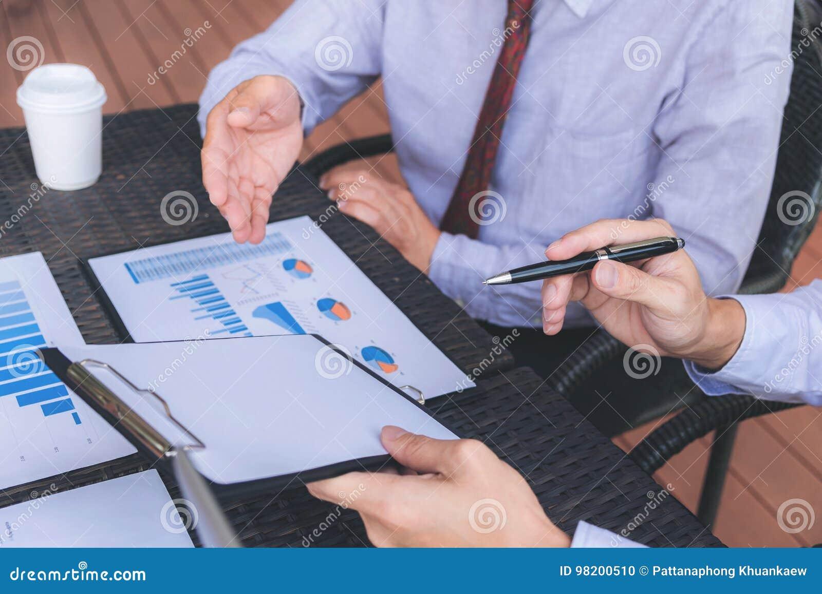 Download Конференция деятельности Co, команда дела встречая настоящий момент, инвестора E Стоковое Фото - изображение насчитывающей рука, уздечкой: 98200510