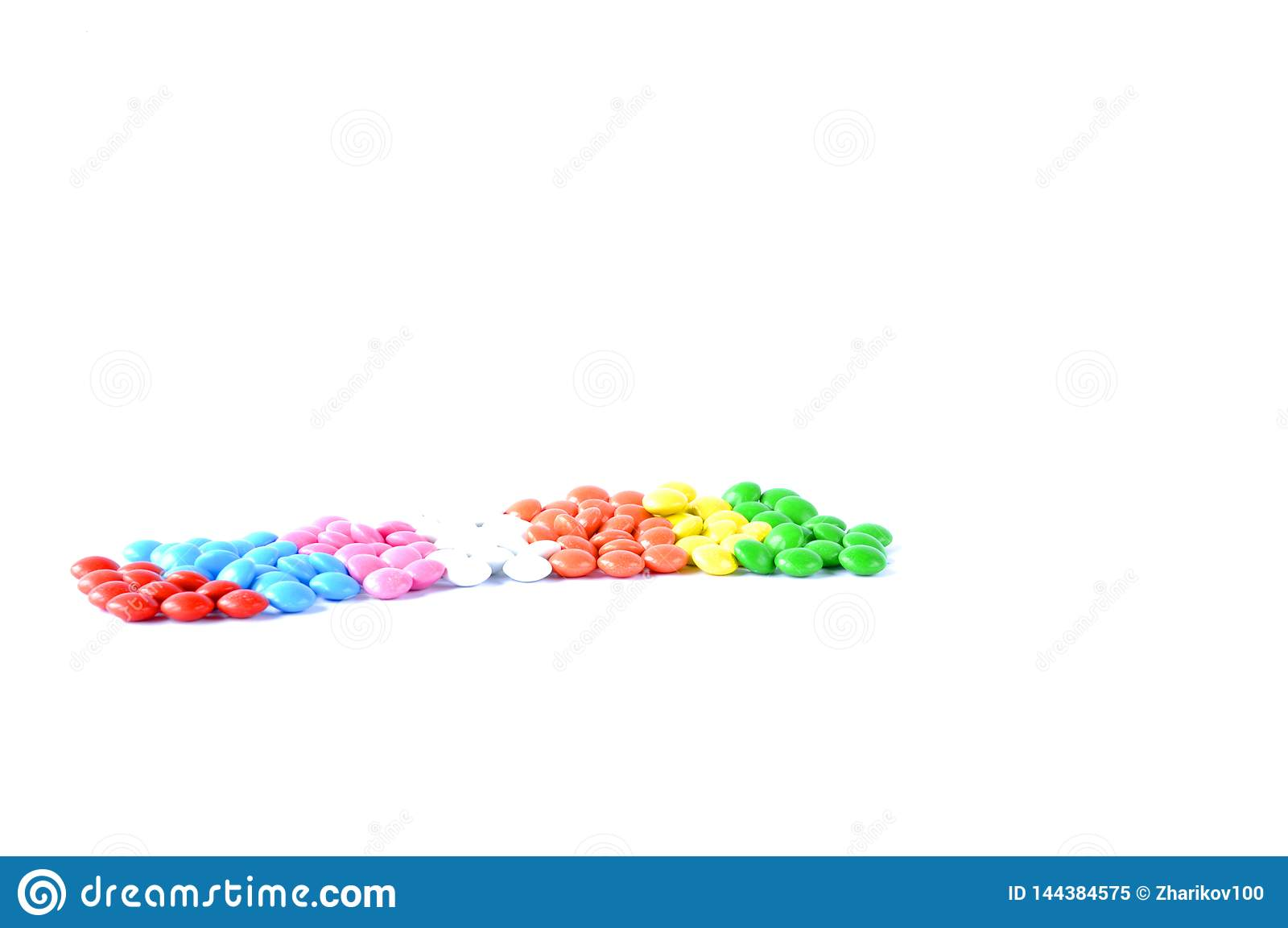 Конфета разбросанная на таблицу на белой предпосылке