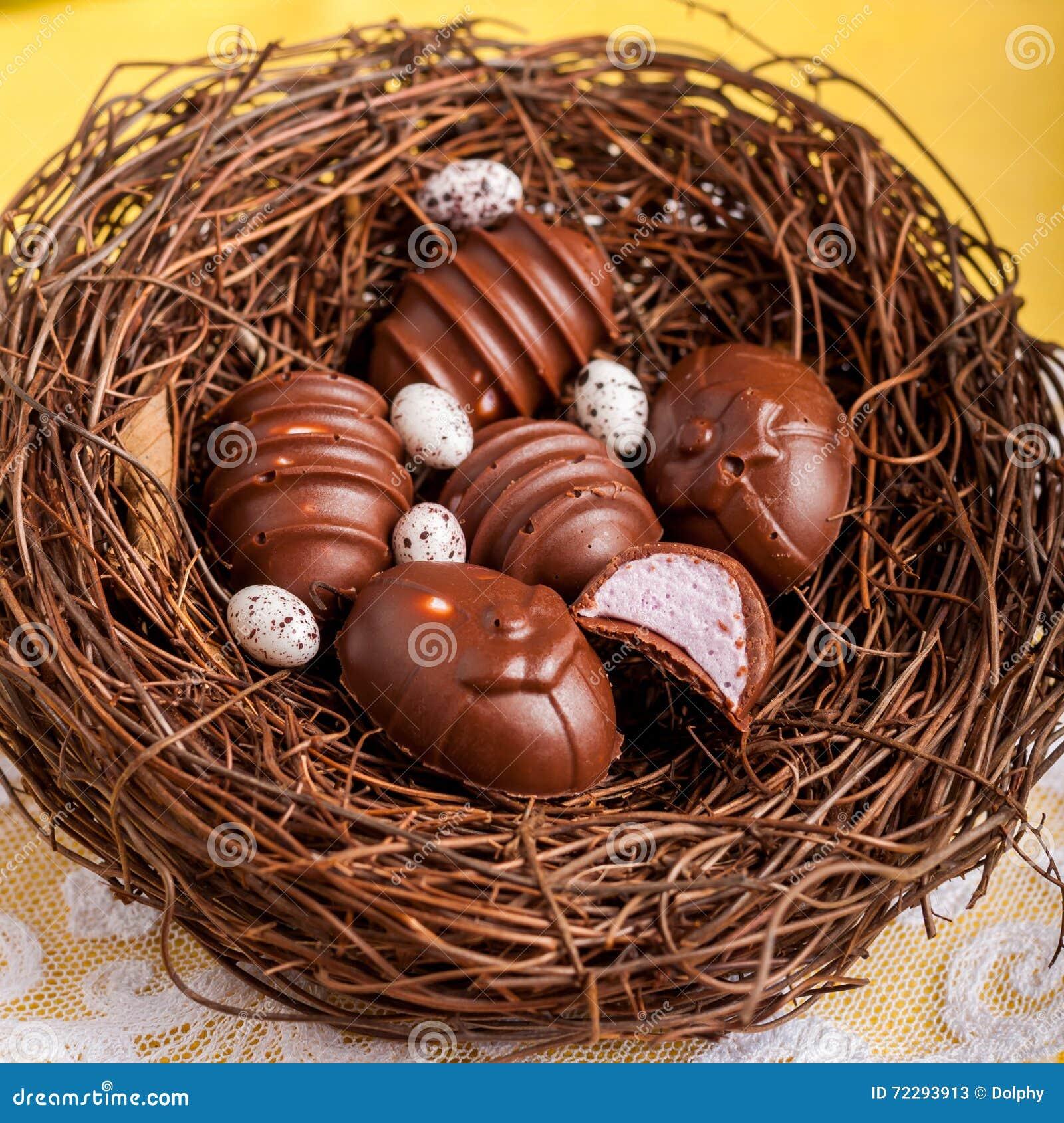 Download Конфеты шоколада пасхального яйца форменные в гнезде Стоковое Изображение - изображение насчитывающей украсьте, вкусно: 72293913