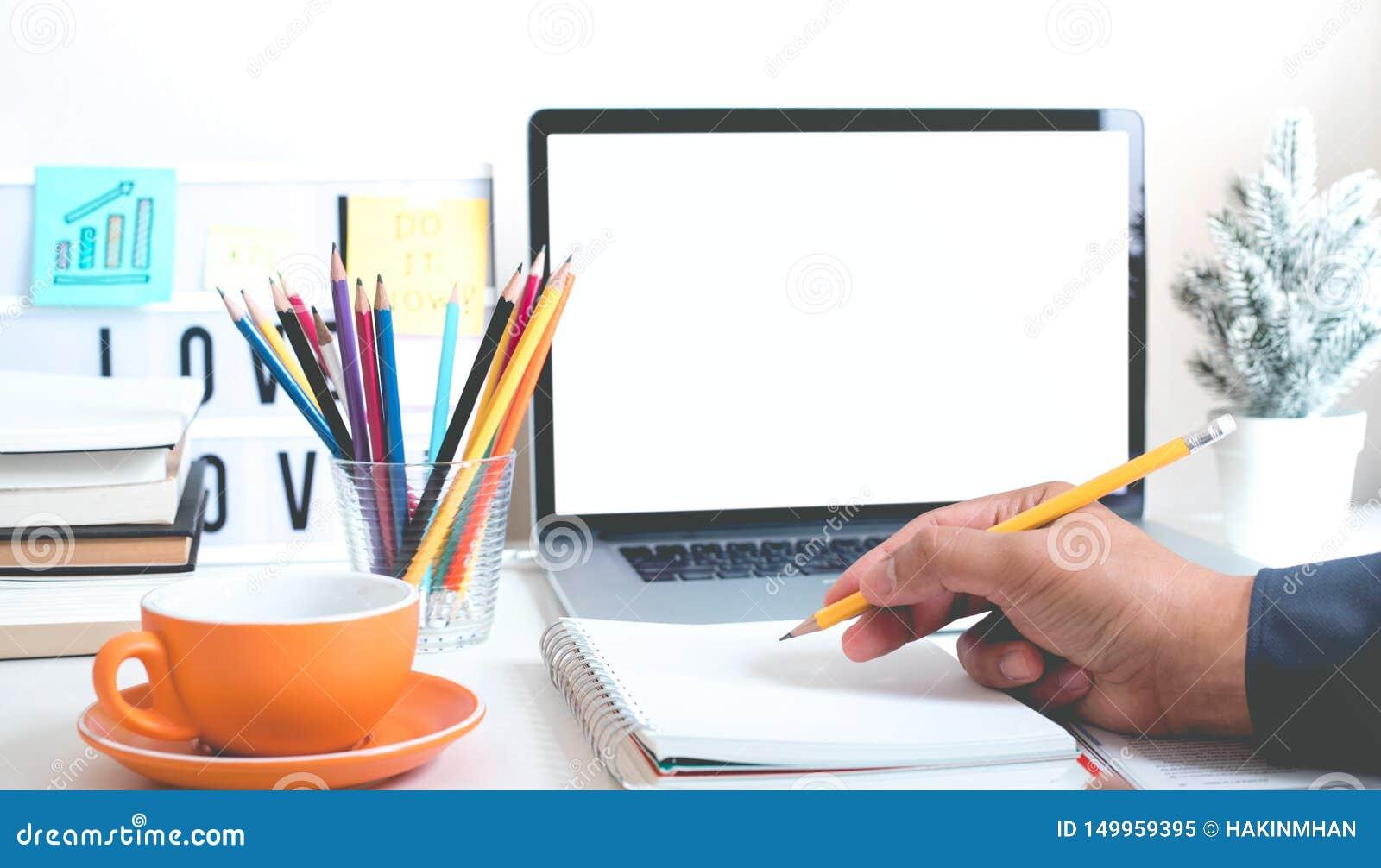 Концепции идей воодушевленности с сочинительством руки молодого человека с карандашем и notepaper на офисе таблицы стола творческ