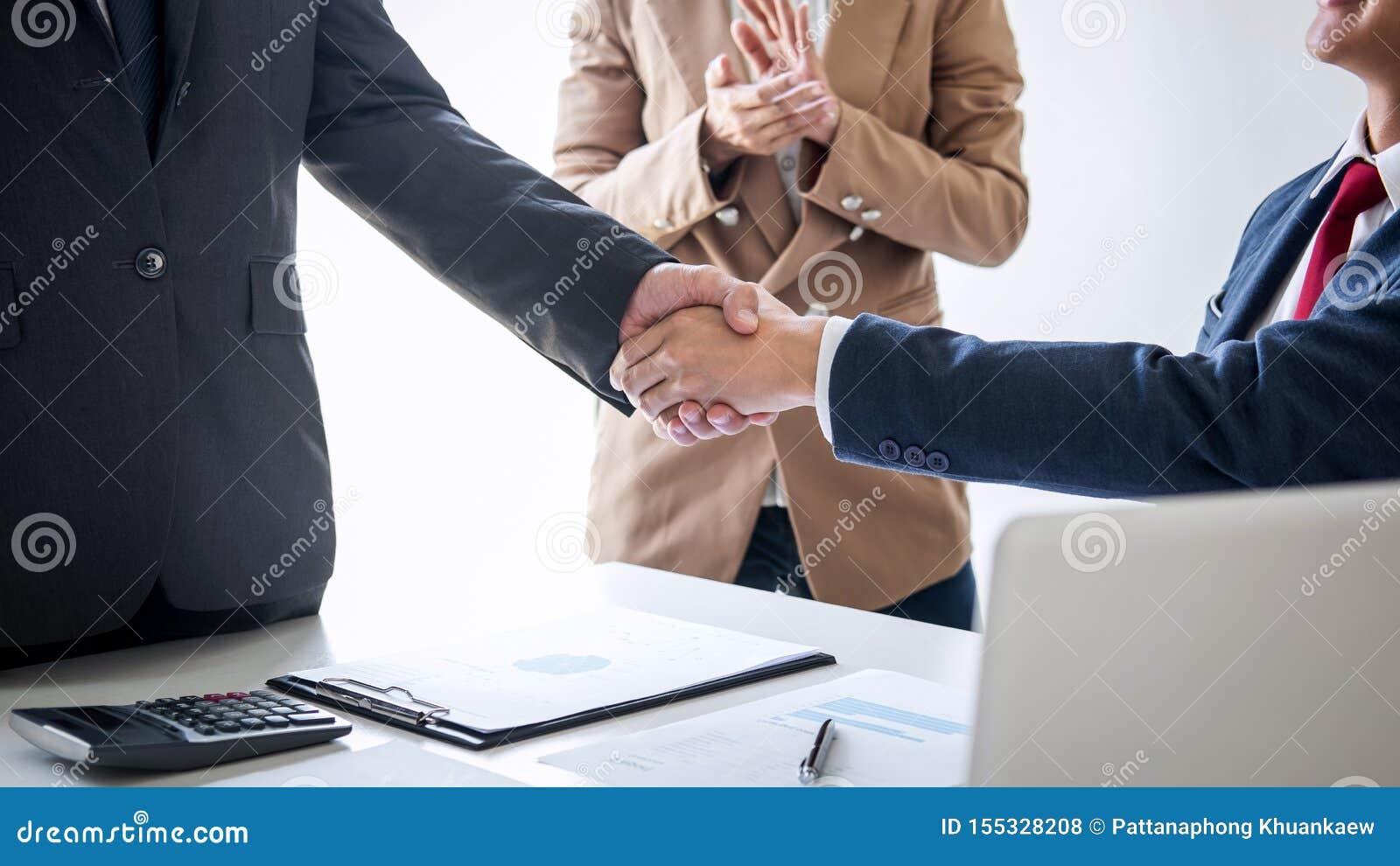 Концепция встречи и приветствия, уверенное рукопожатие дела 2 и бизнесменов после обсуждать хорошее дело торгуя контракта
