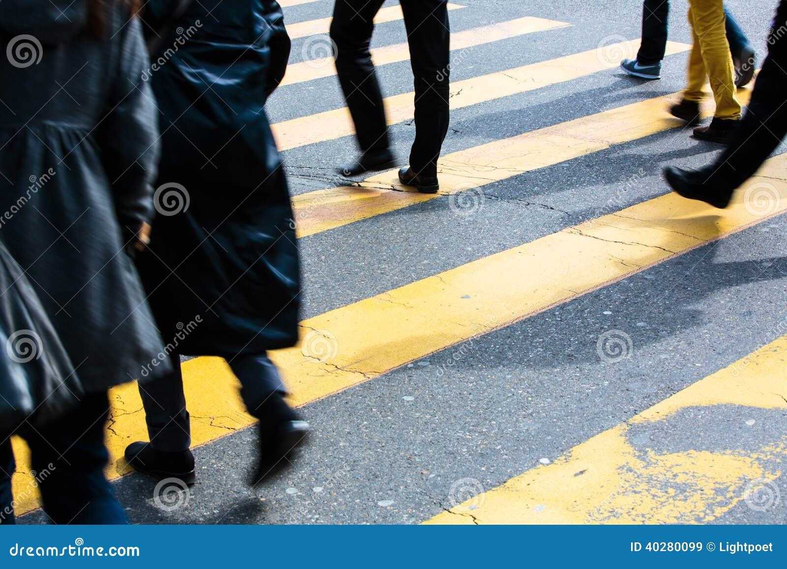 Концепция городского движения - улица города с движением запачкала толпу