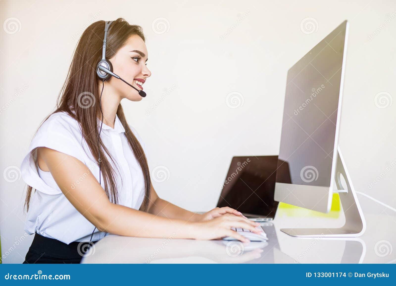 Концепция дела, связи, технологии и центра телефонного обслуживания - дружелюбный женский оператор линии для помощи с наушниками