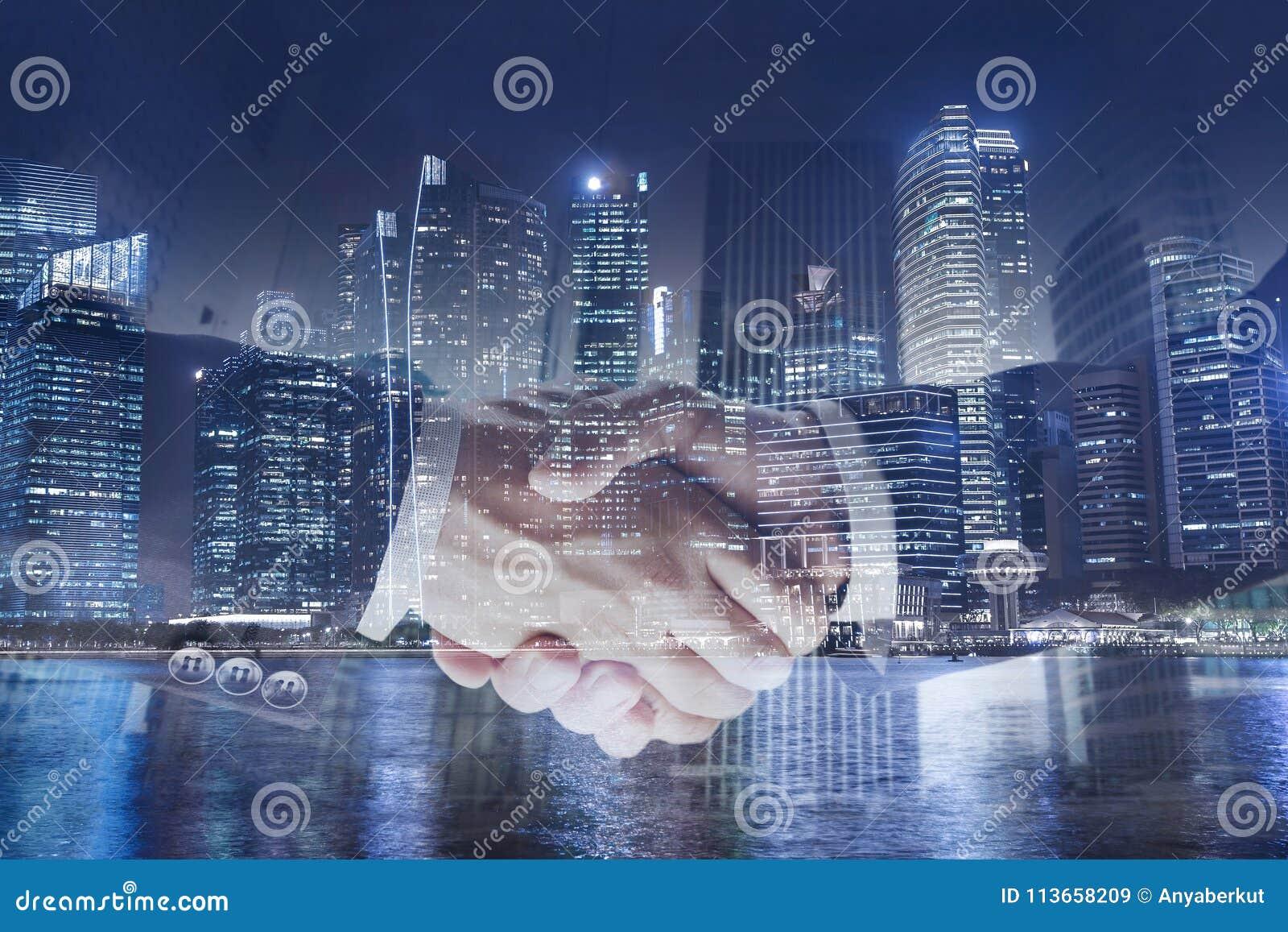Концепция дела сотрудничества, двойная экспозиция рукопожатия, сотрудничество или партнерство