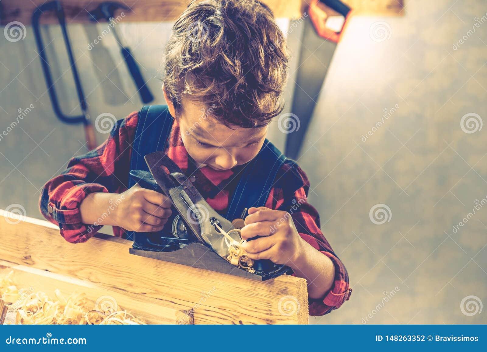 Концепция дня отцов ребенка, инструмент плотника, дом