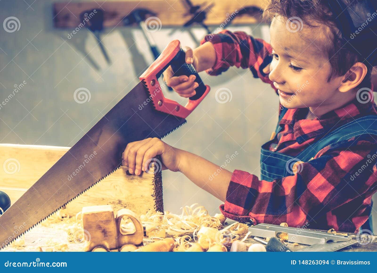 Концепция дня отцов ребенка, инструмент плотника, дом мальчика