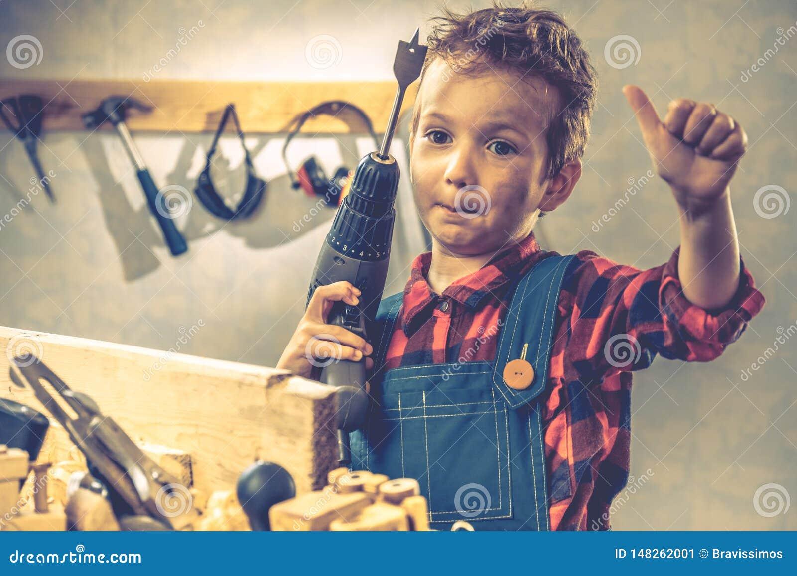 Концепция дня отцов ребенка, инструмент плотника, дом handmade