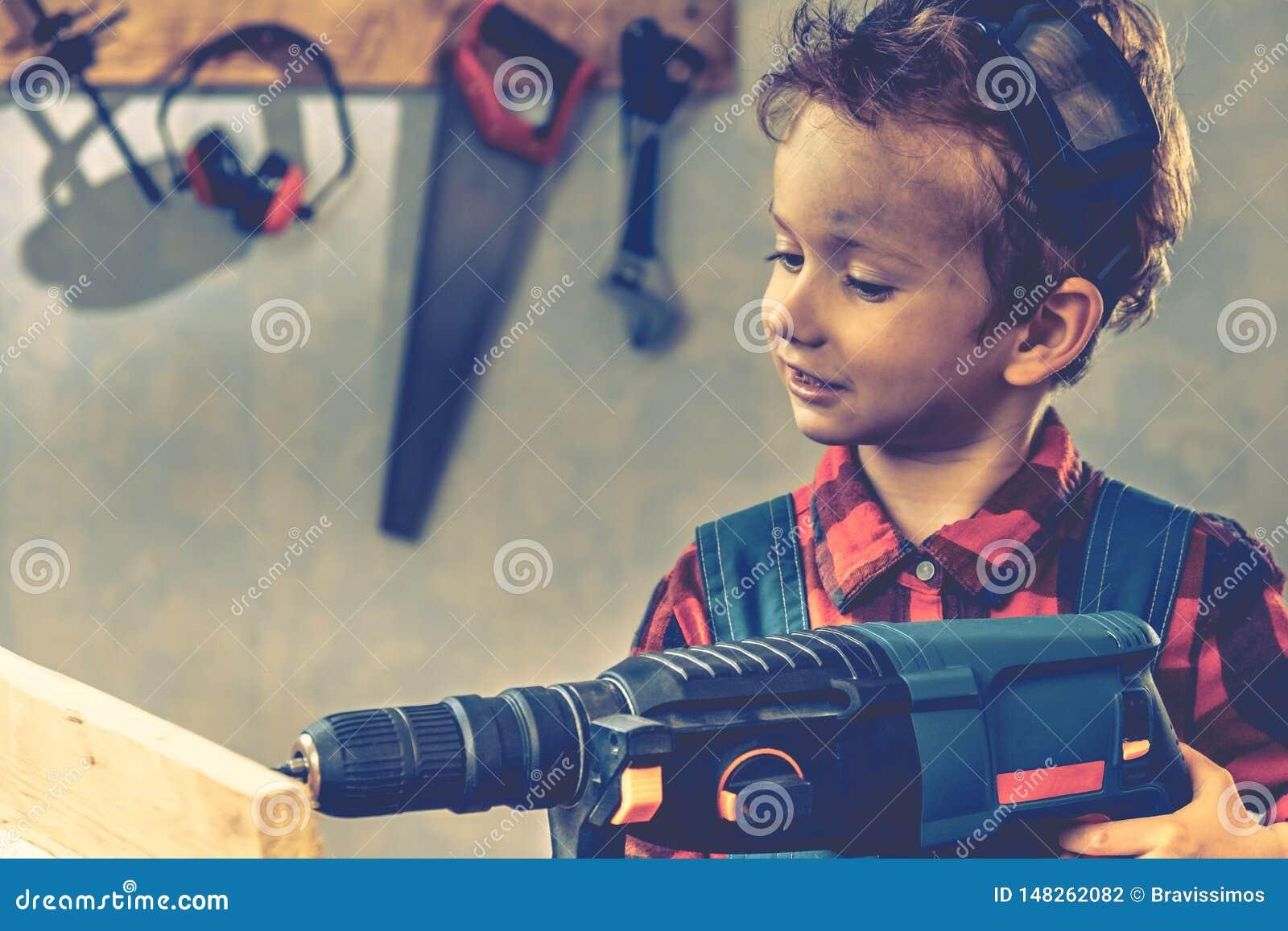 Концепция дня отцов ребенка, инструмент плотника, ремесло мальчика