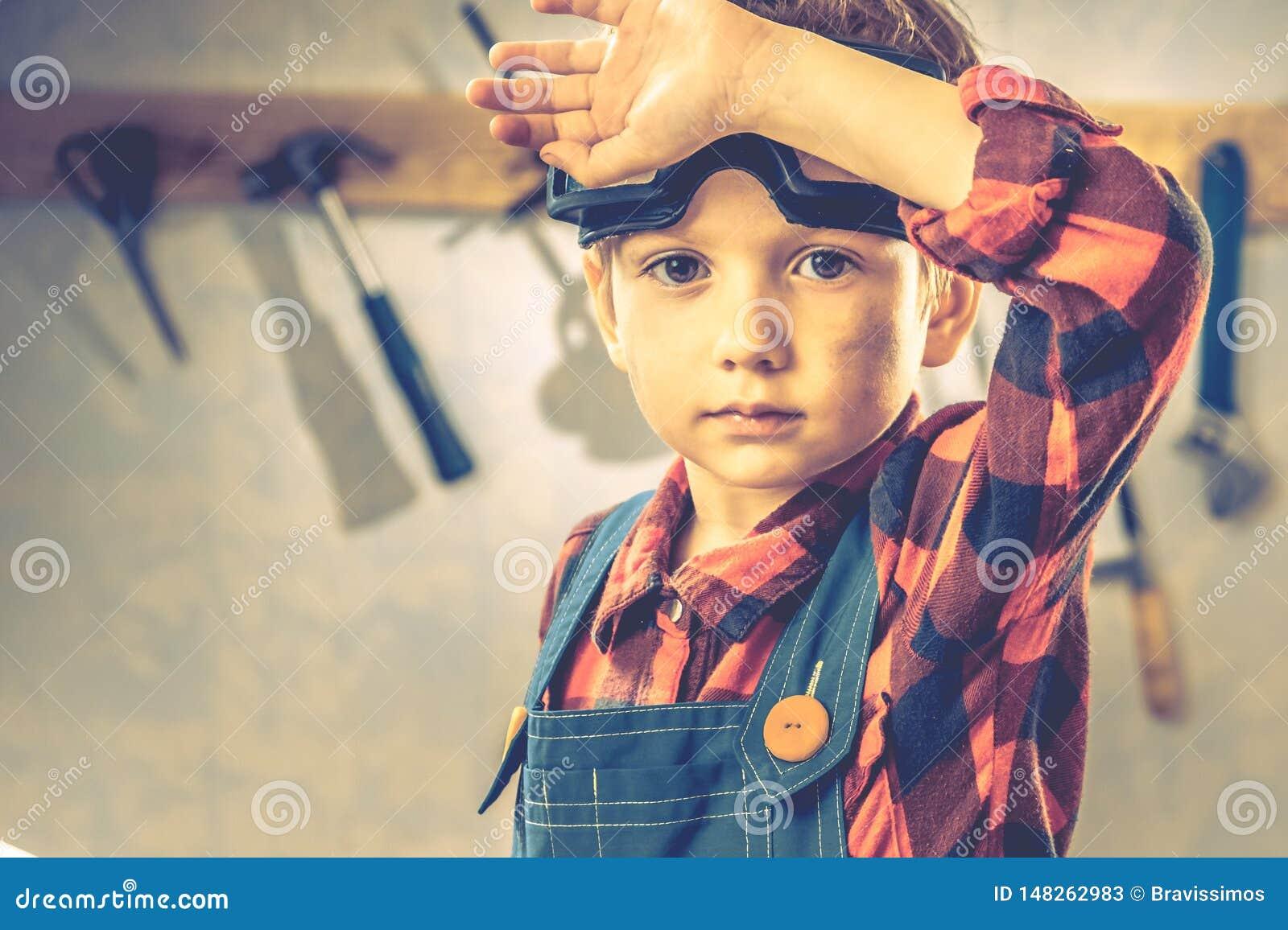 Концепция дня отцов ребенка, инструмент плотника, человек немного