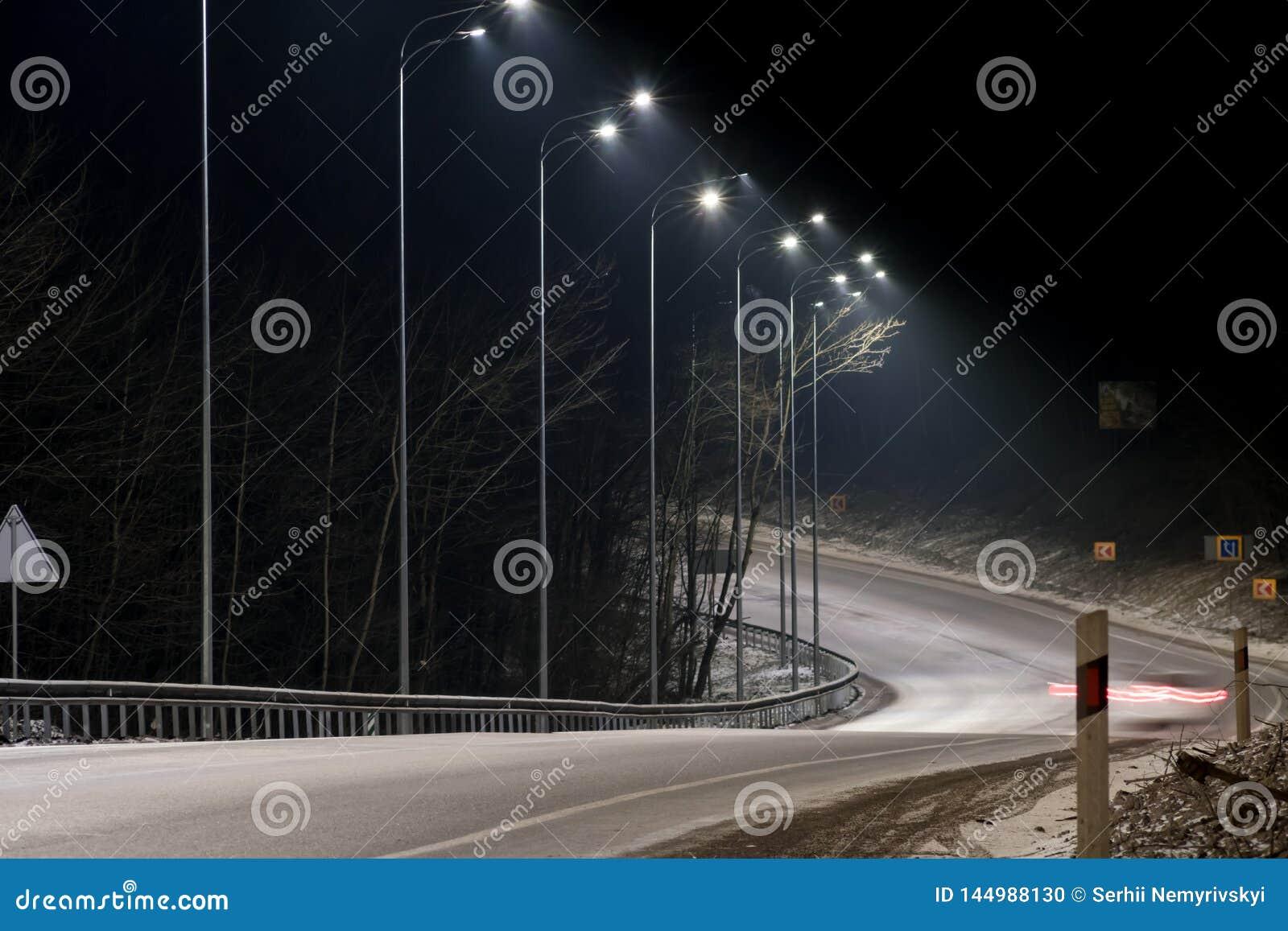 E r концепция дороги, удаления снега и льда, опасности и безопасности движения, улицы