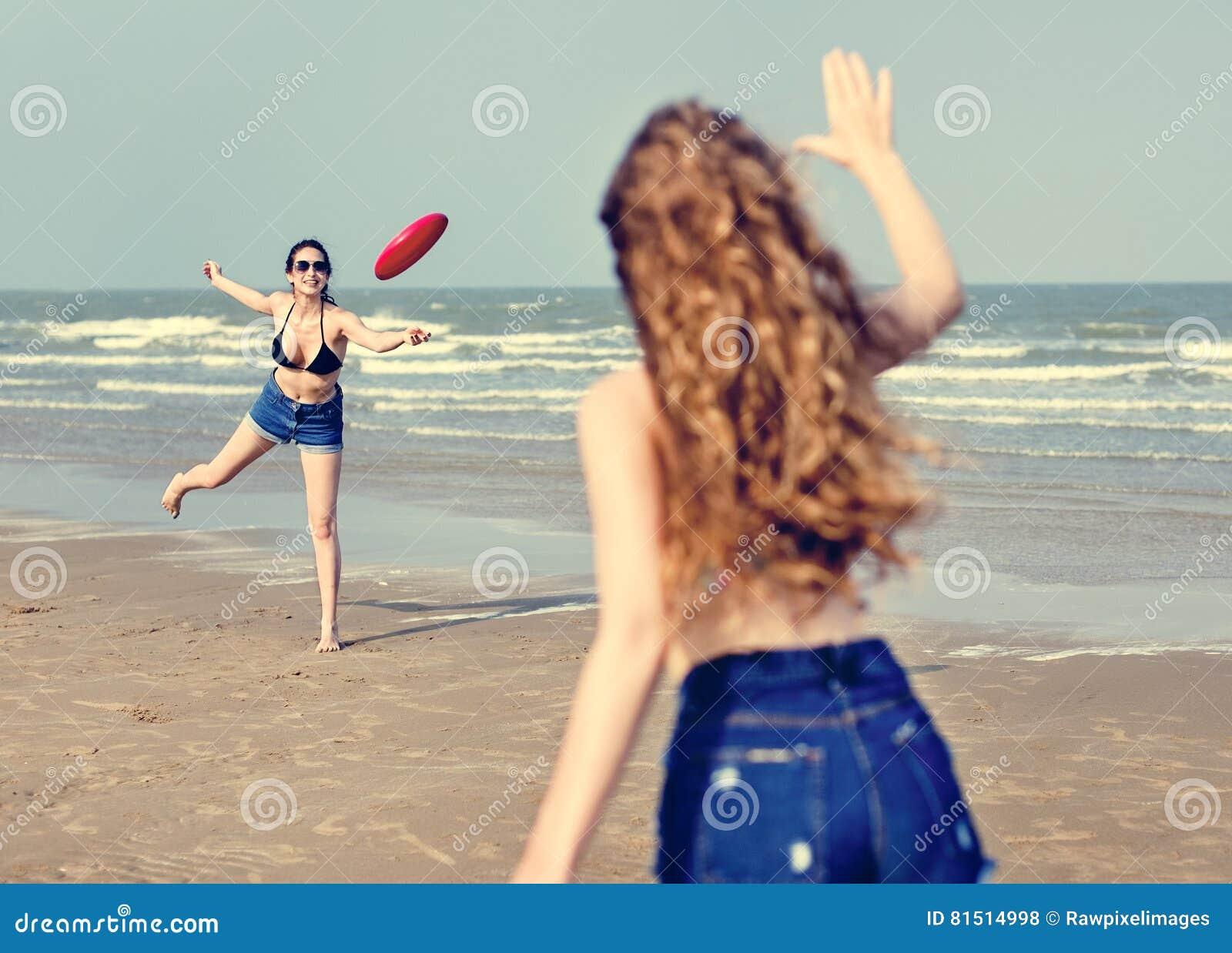 Концепция единения каникул летнего отпуска пляжа девушек