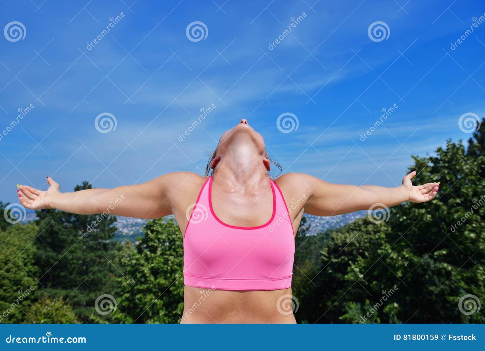 Концепция женщины фитнеса успеха выигрывая с наушниками