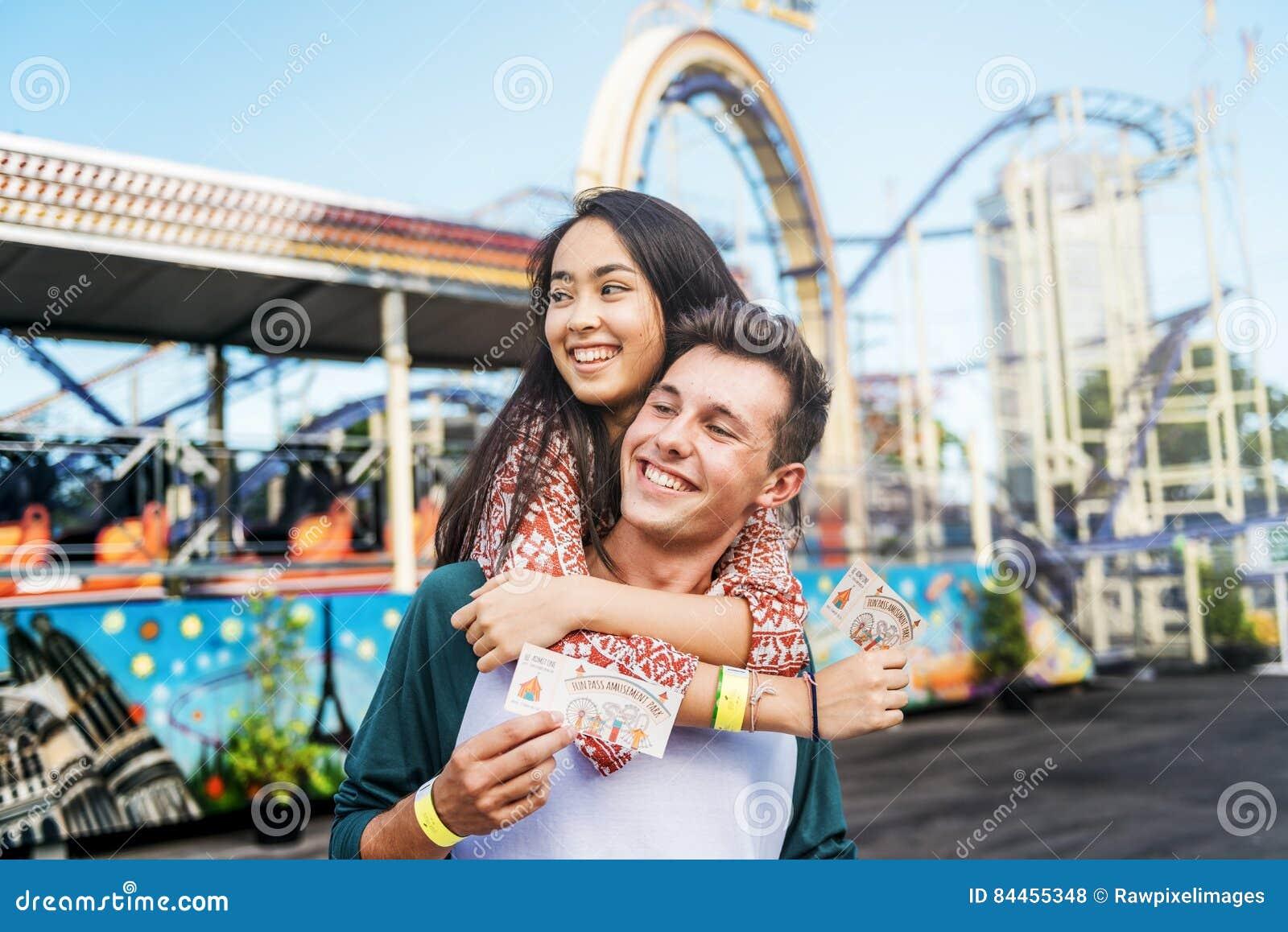 Концепция занятности наслаждения парка потехи датировка пар