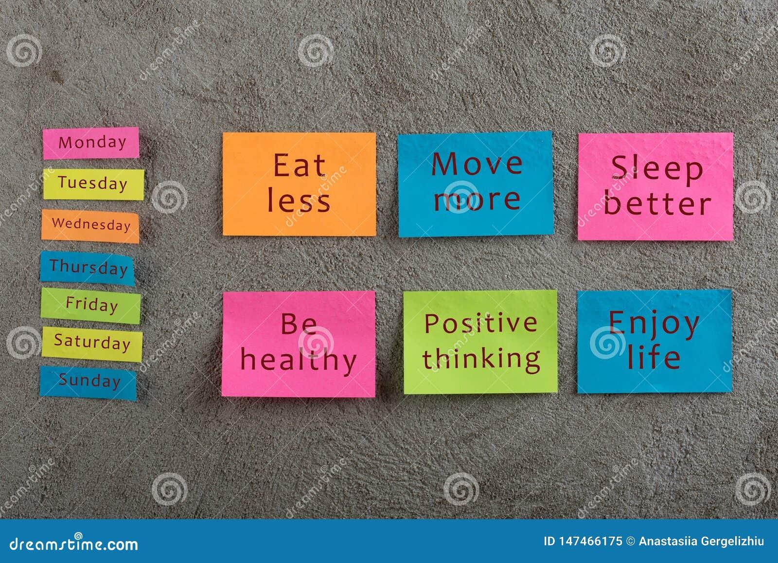 Концепция здоровья и мотивации - много красочное липкое примечание со словами ест более менее, двигает больше, спит лучший, быть