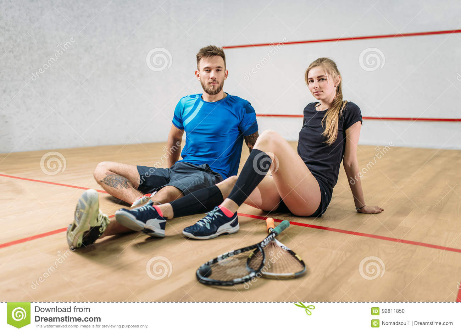 Концепция игры сквоша, молодая пара, ракетки, шарик