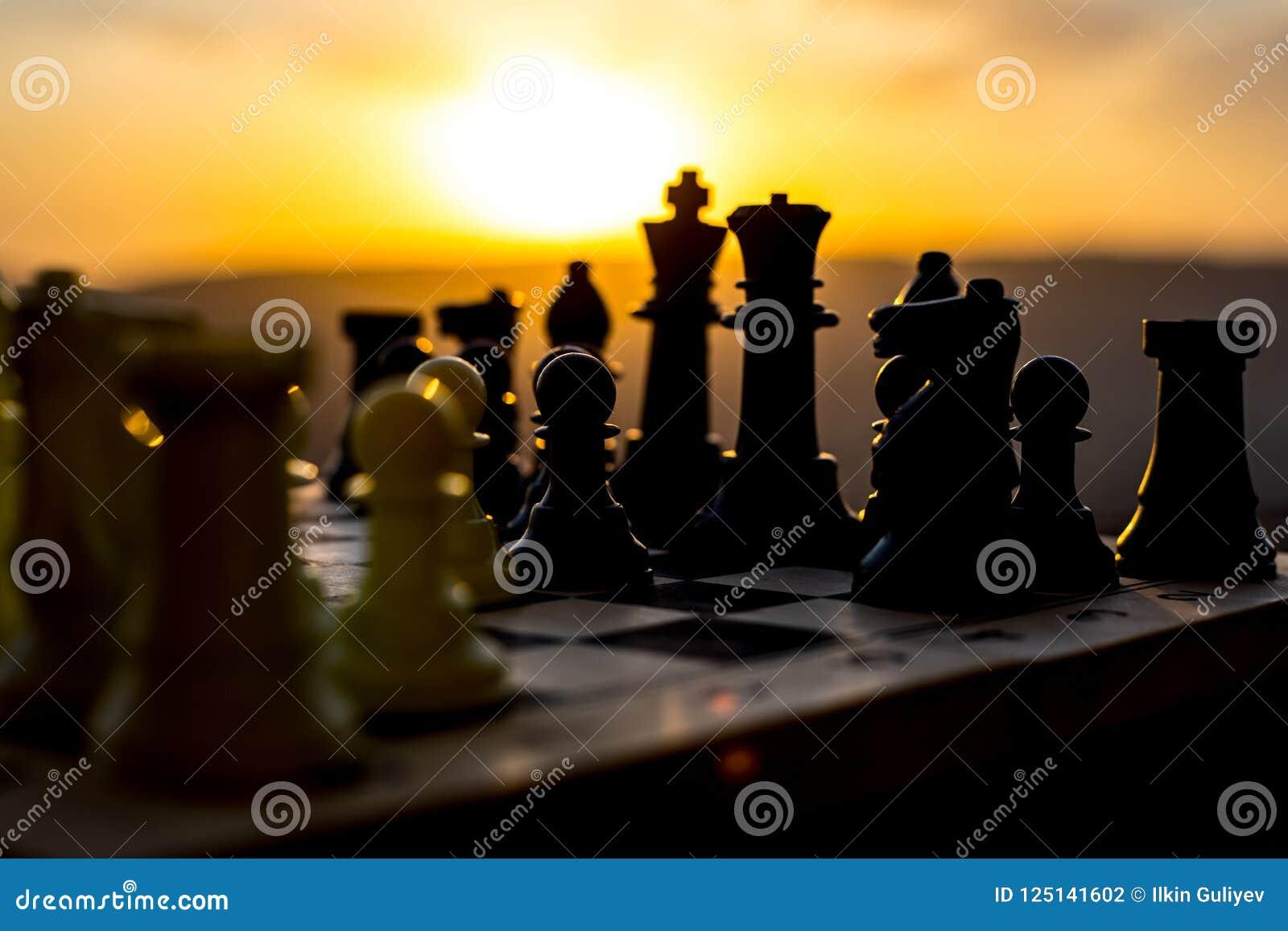 концепция игры шахматной доски идей дела и идей конкуренции и стратегии Шахмат вычисляет на backgr захода солнца доски внешнем