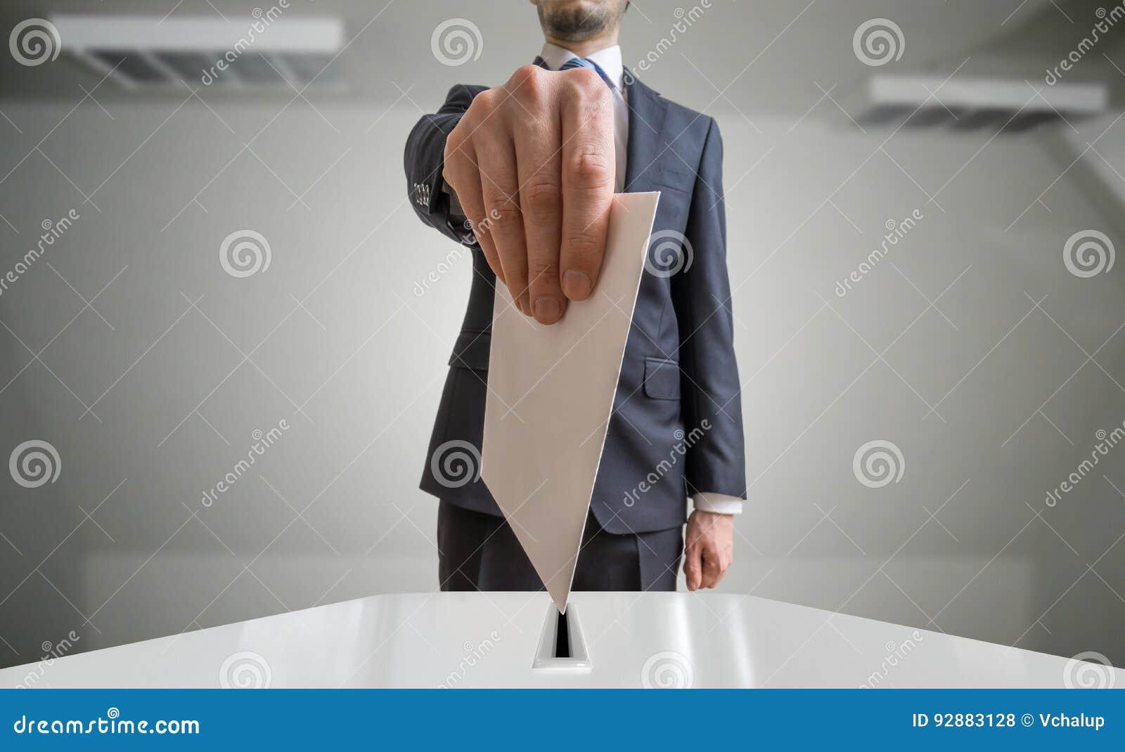 Концепция избрания и демократии Избиратель держит конверт или бумагу в голосовании руки вышеуказанном