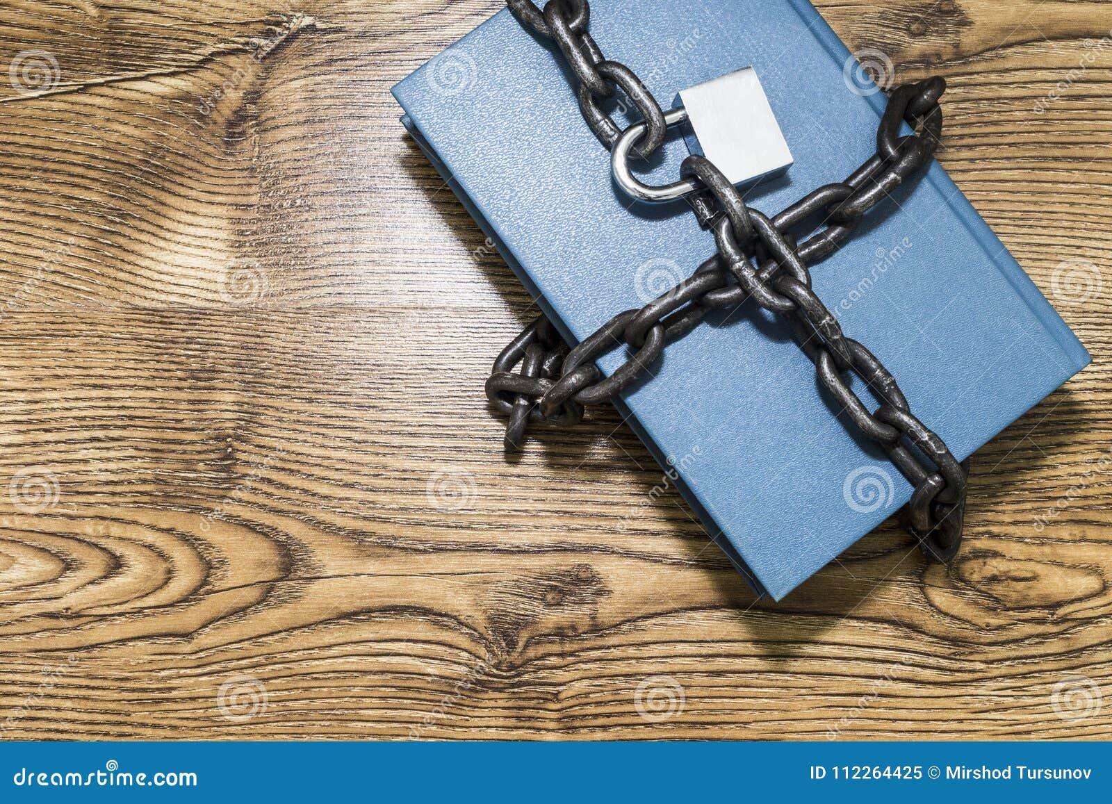 Концепция информационной безопасности, книга с цепью и padlock