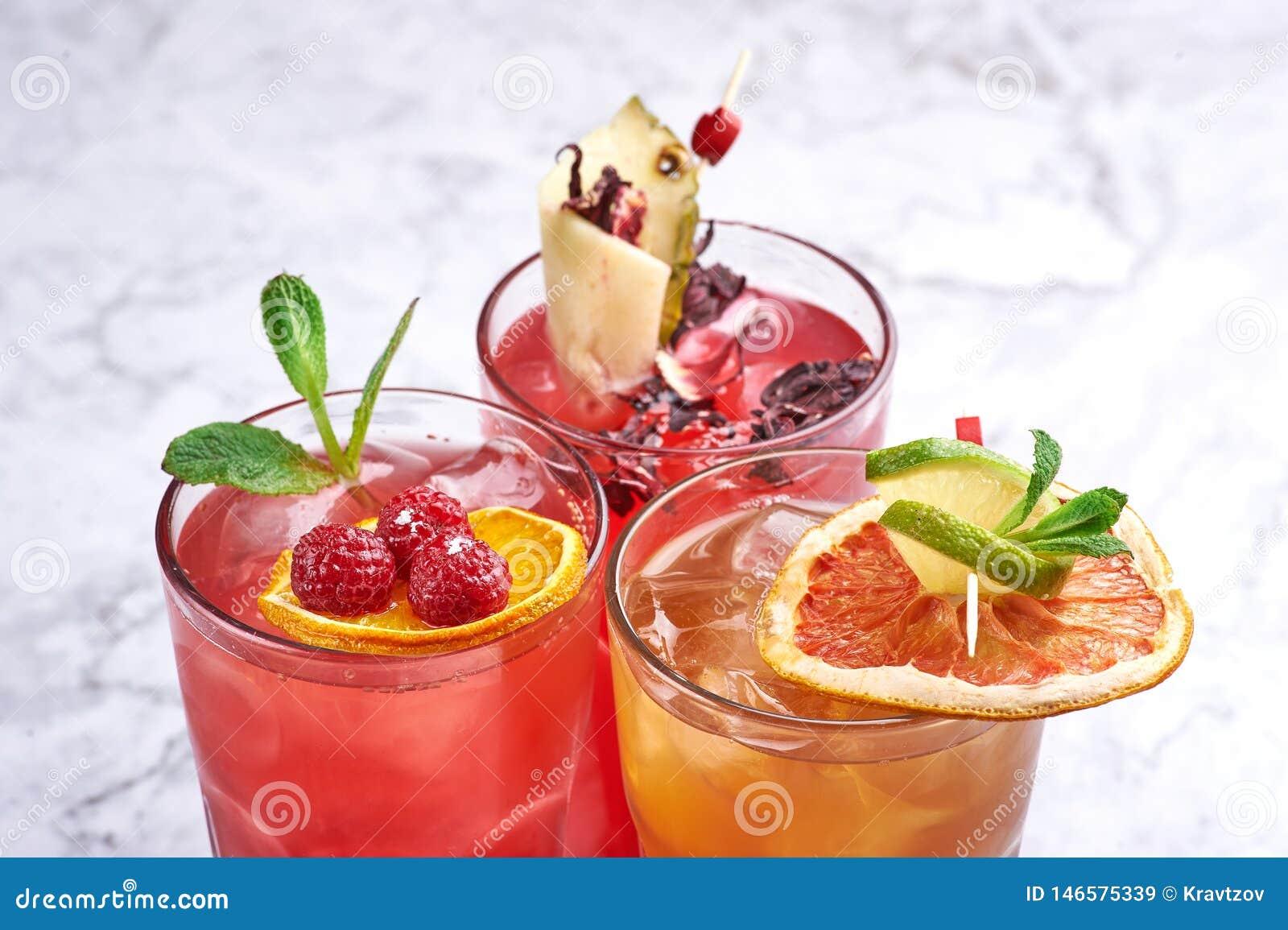 Концепция коктейлей лета свежая оранжевые и красные напитки алкоголя близко вверх r