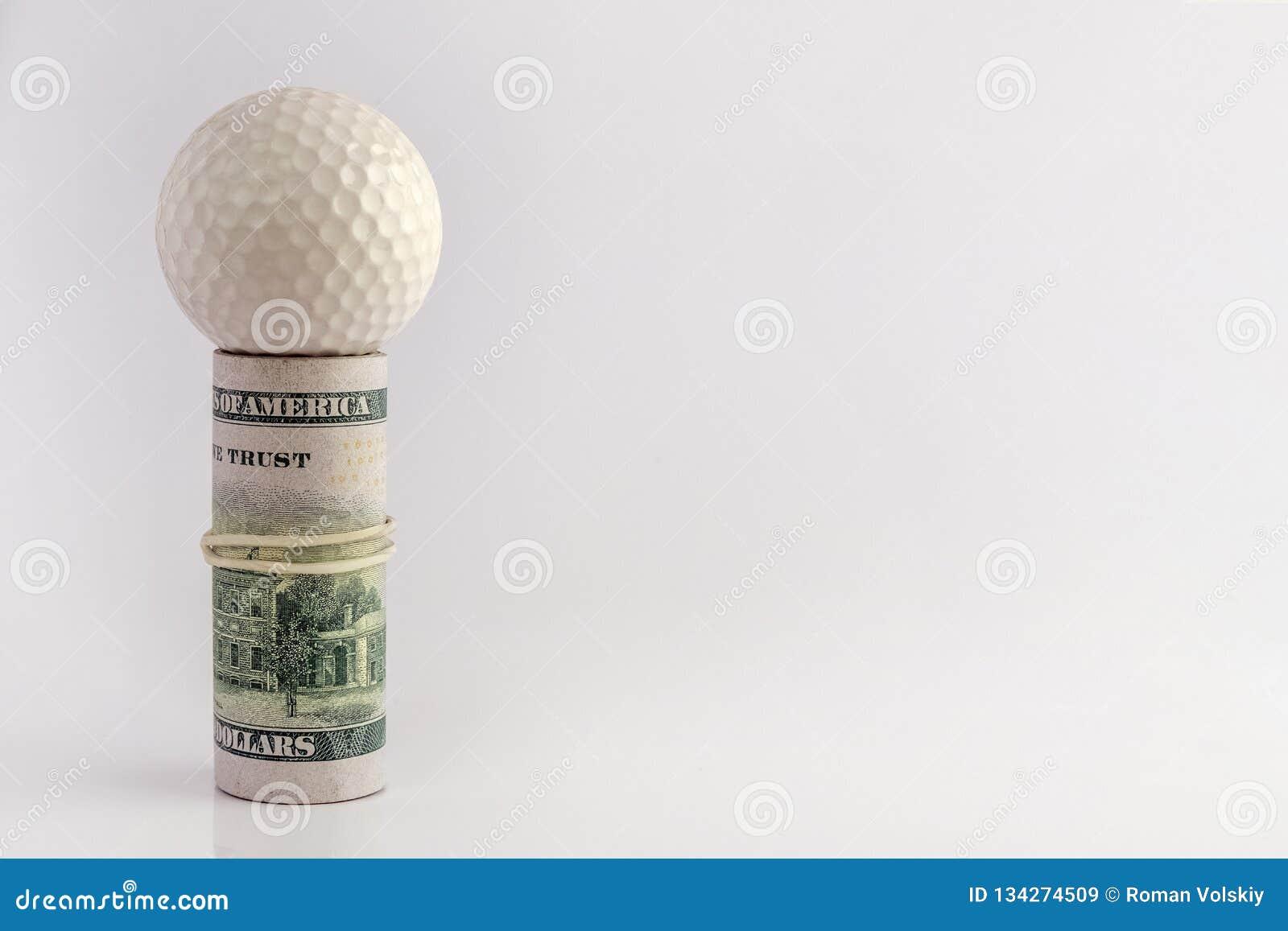 Концепция конкуренций игрока в гольф для денег, финансового риска, коррупции, или держать пари спорт Шар для игры в гольф поверх