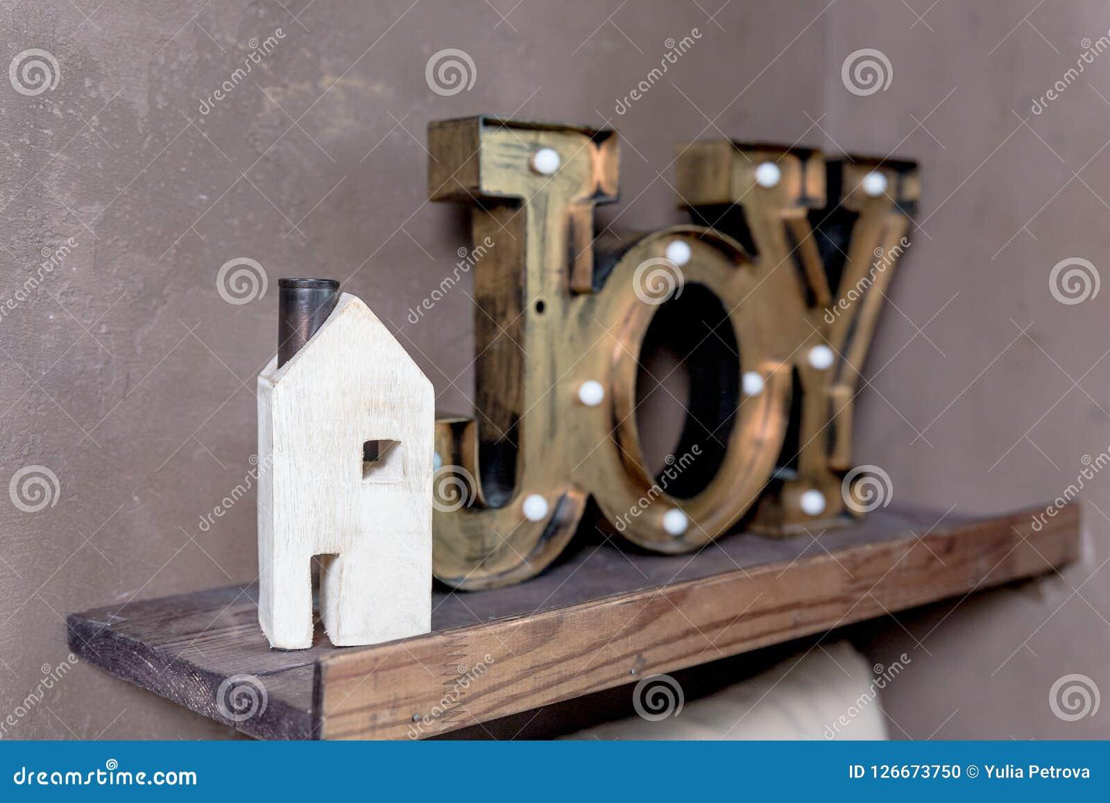 Концепция малого деревянного дома новая домашняя Формулировки текстового сообщения слова УТЕХИ в моем новом доме Позвольте мечтам