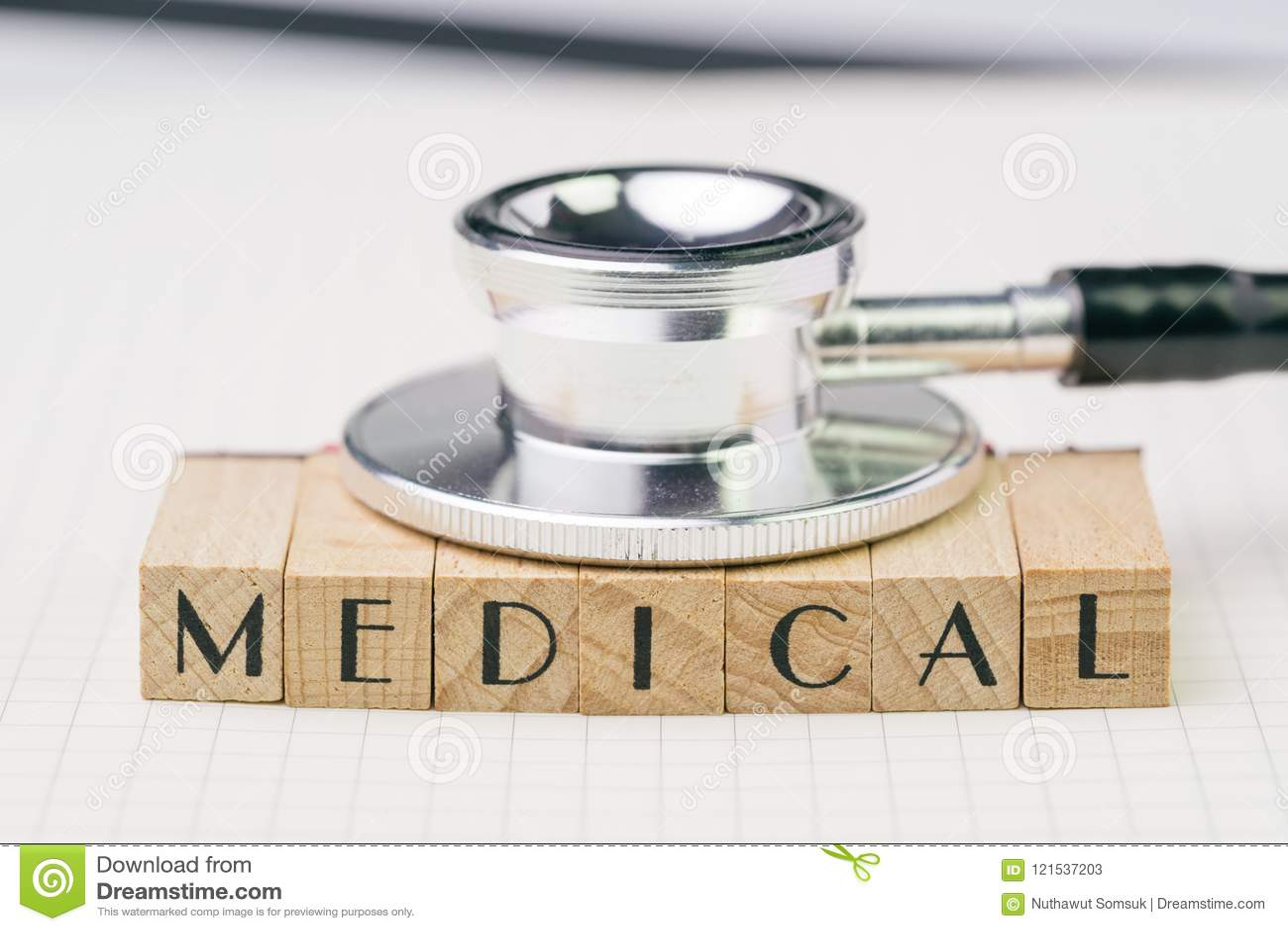 Концепция медицинских или здравоохранения образования, черный стетоскоп положила o