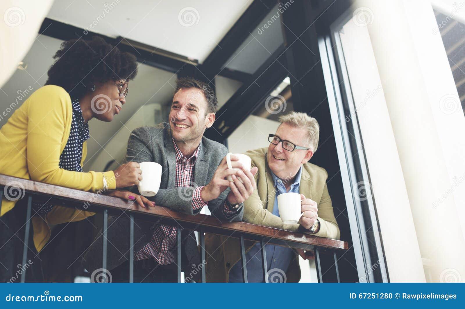 Концепция обсуждения перерыва на чашку кофе команды дела говоря