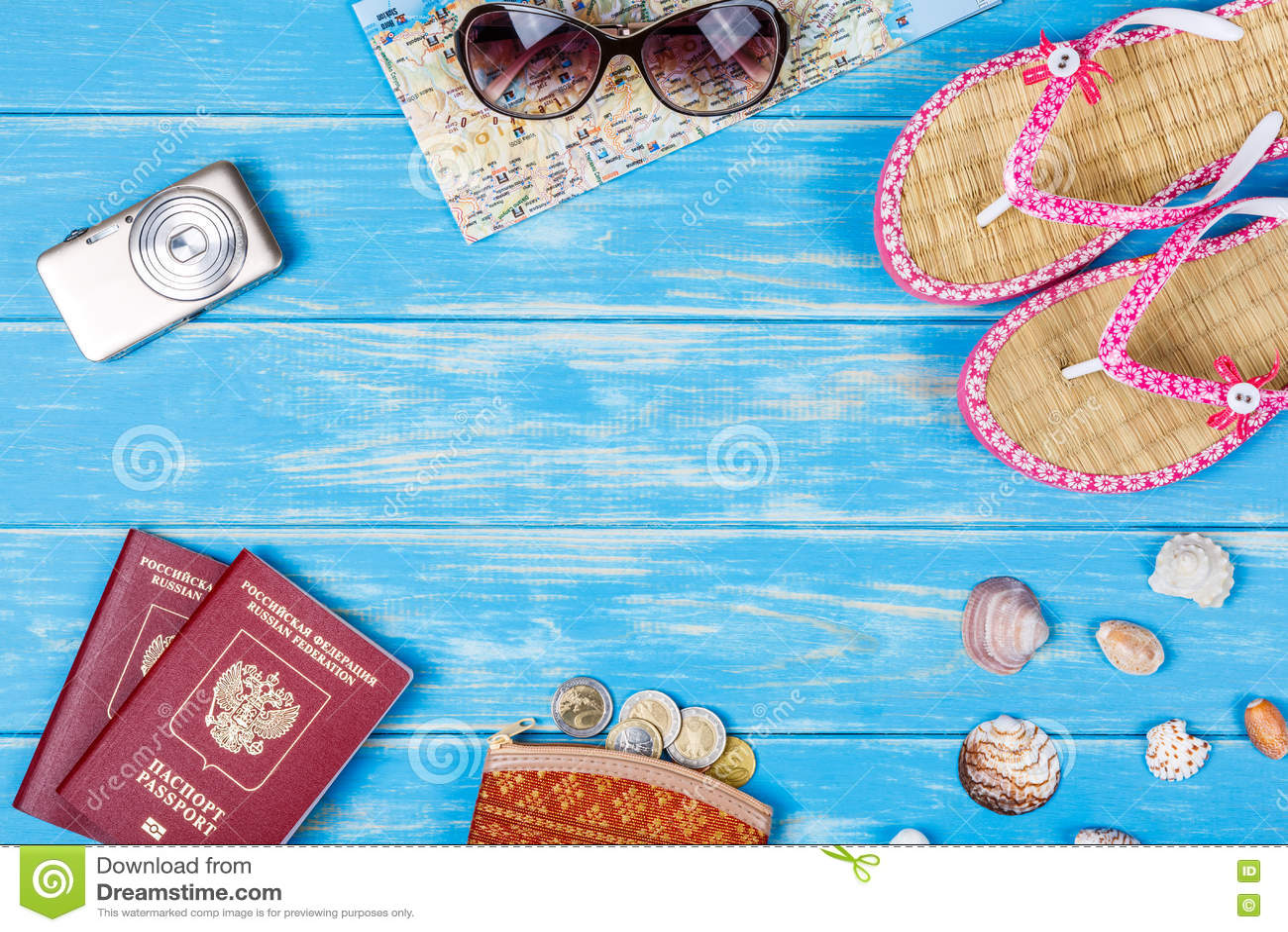 Концепция перемещения Аксессуары на каникулы лежа на голубой деревянной предпосылке