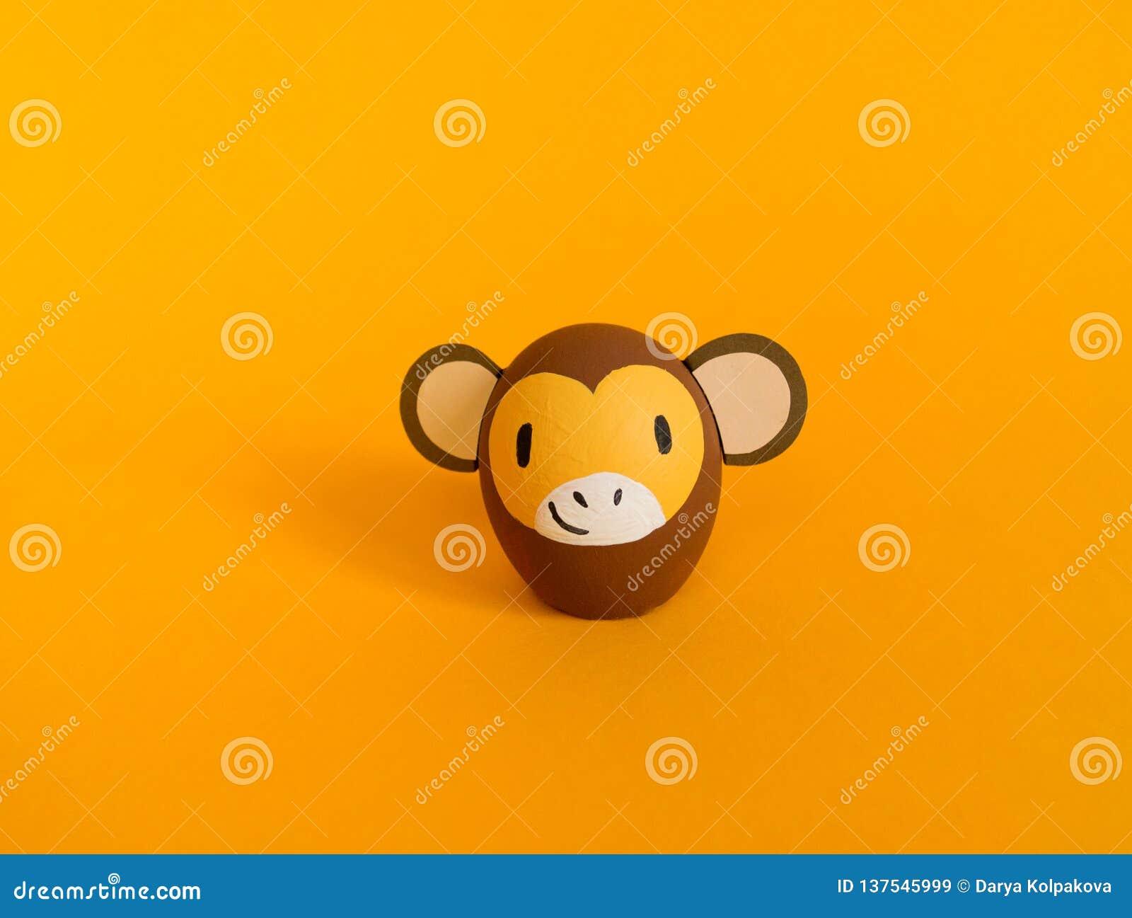 Концепция праздника пасхи с милыми handmade яйцами: коричневая обезьяна