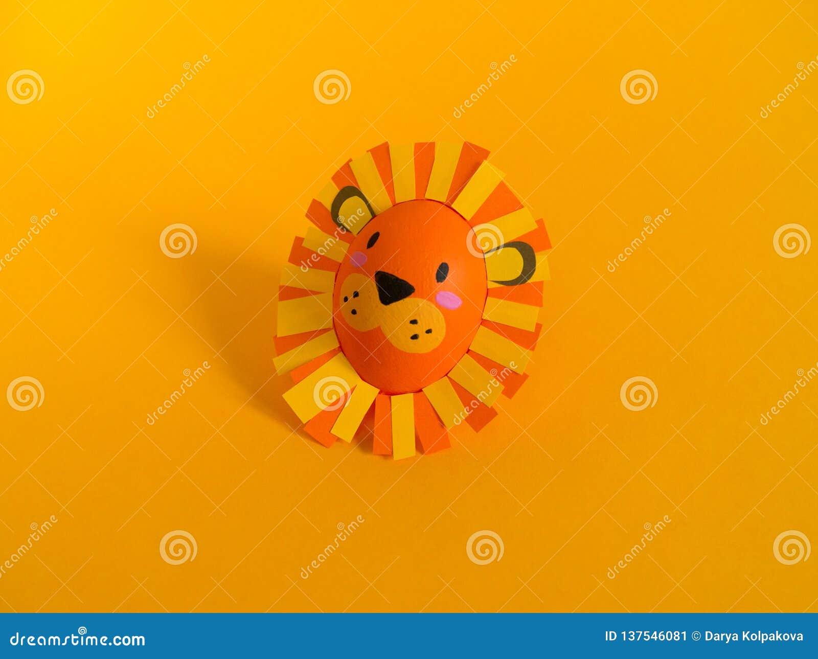 Концепция праздника пасхи с милыми handmade яйцами: лев