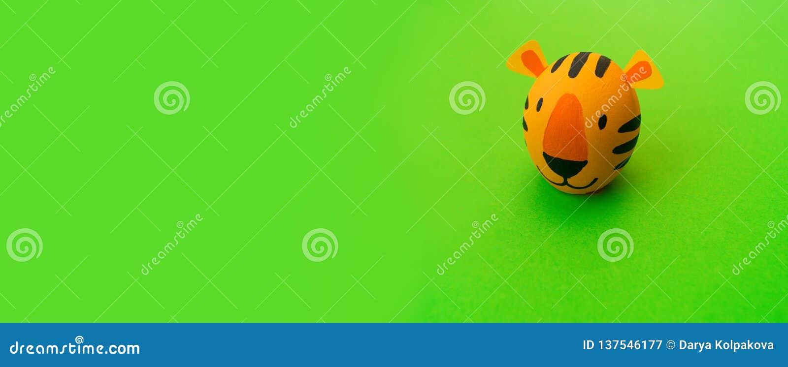 Концепция праздника пасхи с милыми handmade яйцами: оранжевый тигр