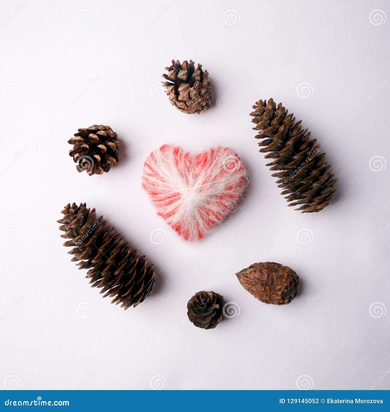 Концепция праздника рождества минимальная, шерстяное сердце и деревянный материал на белизне