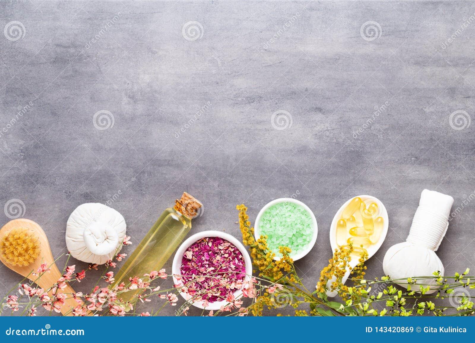 Концепция процедур спа, плоский положенный состав с естественными косметическими продуктами и щетка массажа, взгляд сверху, пусто