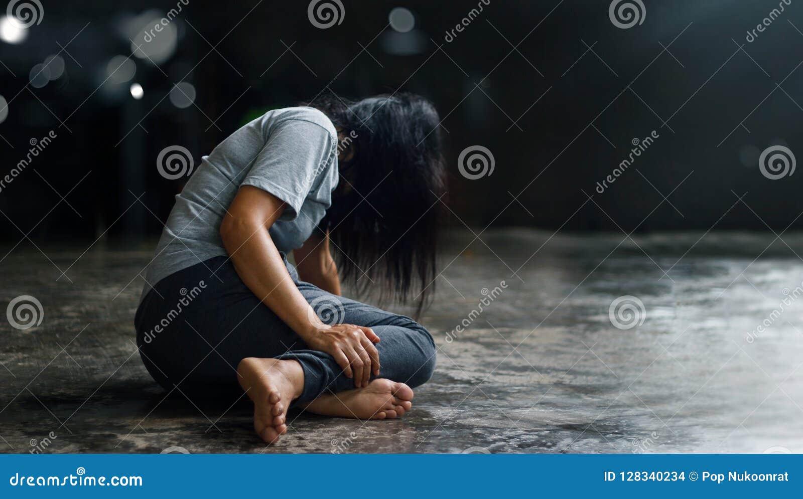 Концепция психических здоровий PTSD Разлад стресса столба травматичный Подавленная женщина сидя самостоятельно на поле в backgr т