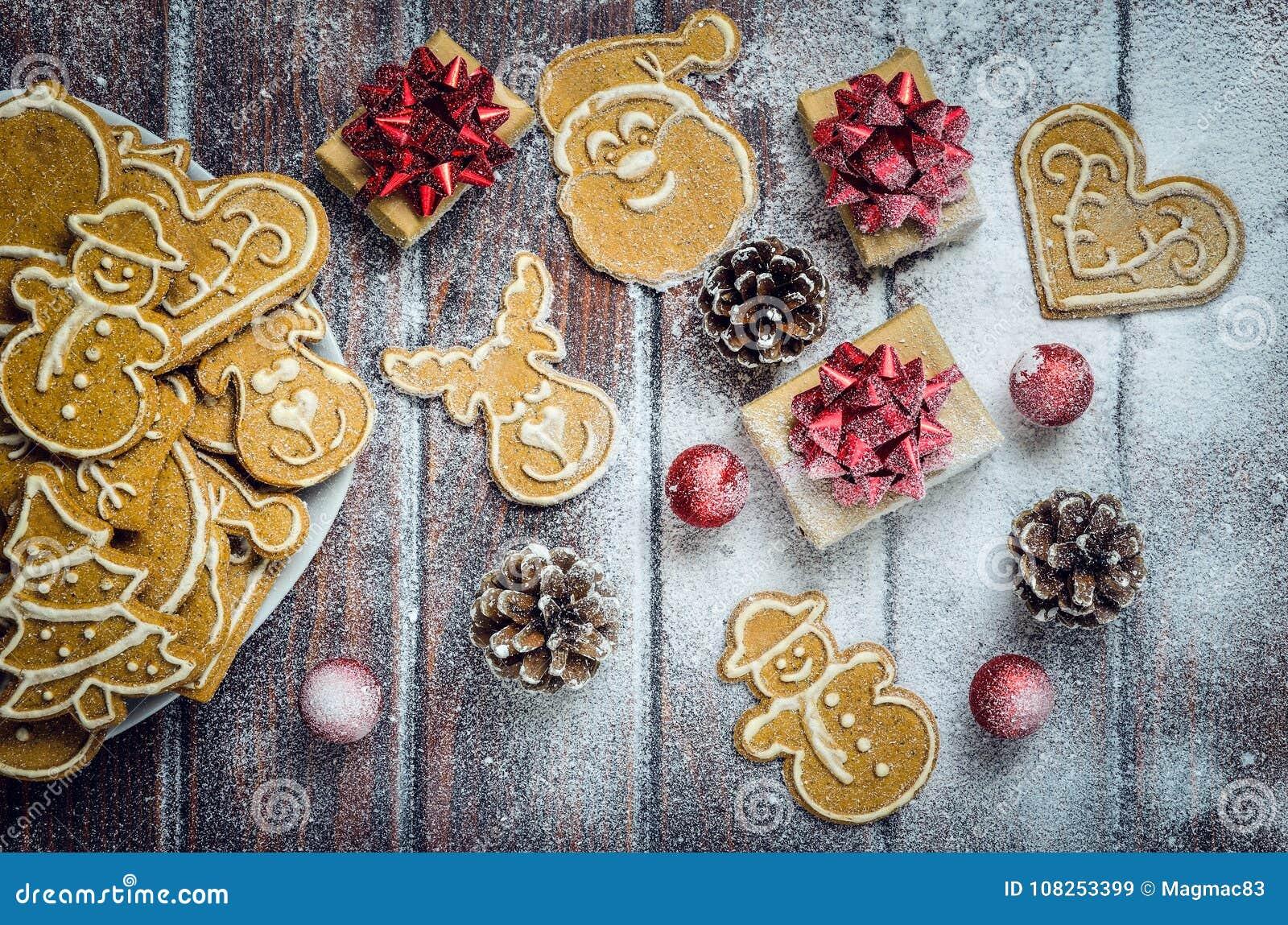 Концепция рождества с пряником, подарками и снегом