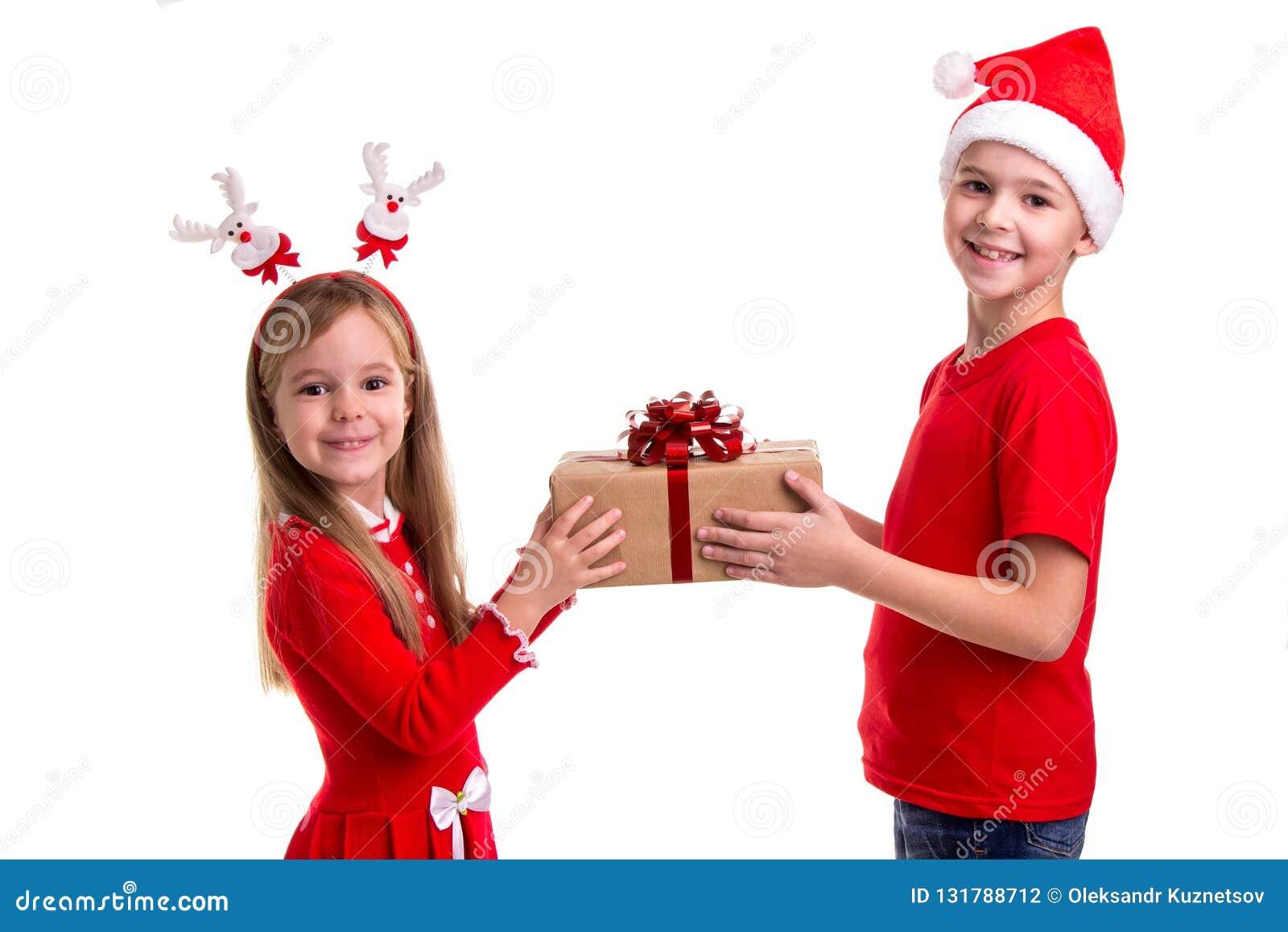 Концепция: рождество или С Новым Годом! праздник Счастливый мальчик со шляпой santa на его голове и девушке с рожками оленей, дер