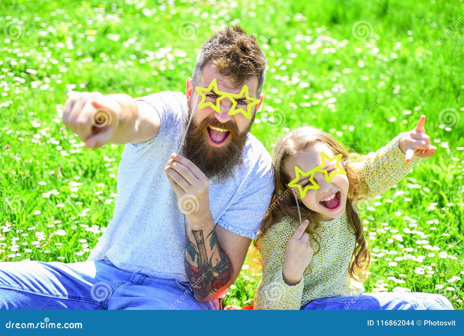 Концепция рок-звезды Семья тратит отдых outdoors Ребенок и папа представляя с звездой сформировали атрибут будочки фото eyeglases
