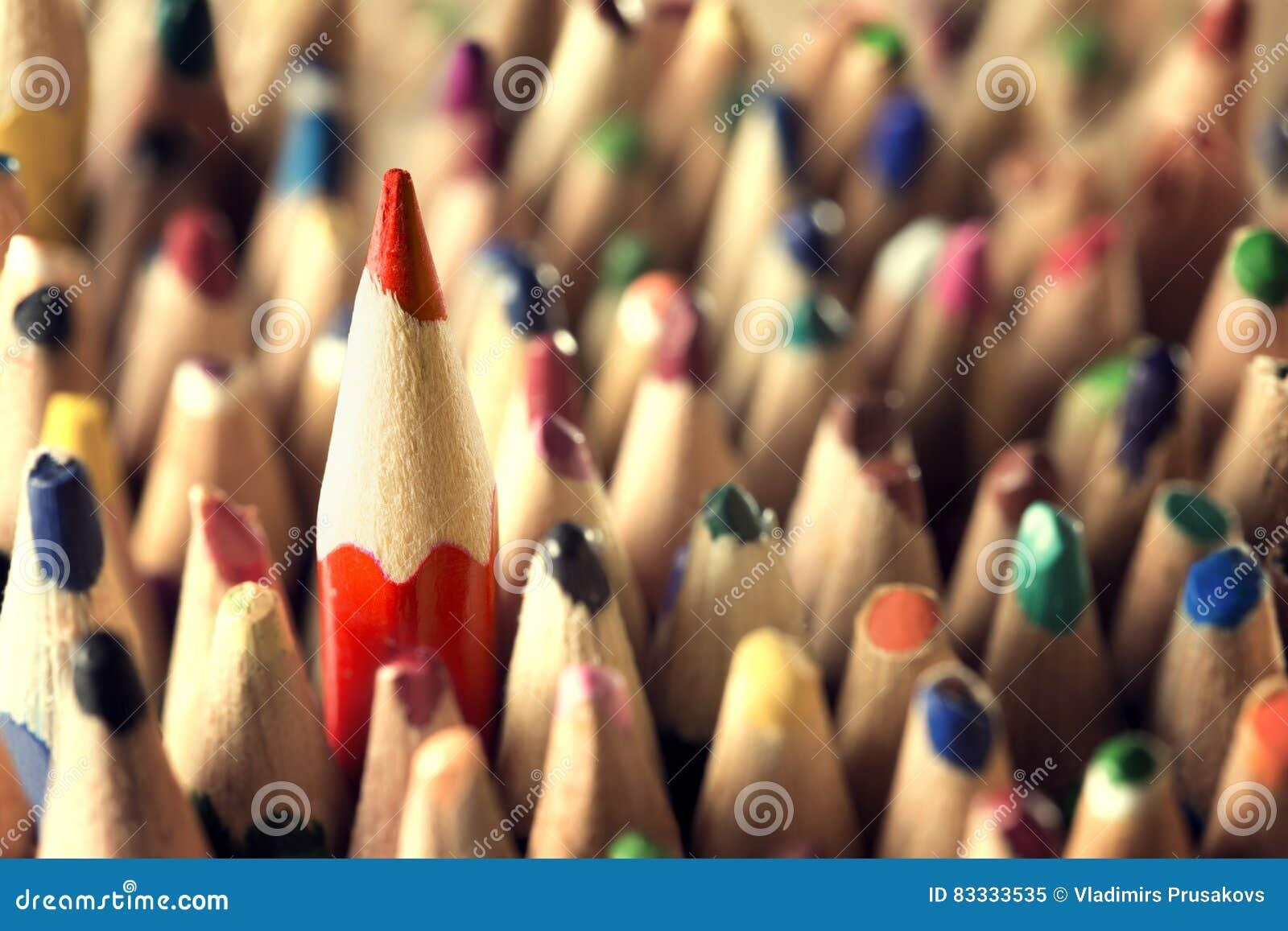 Концепция руководителя карандаша, острая в используемой толпе карандашей, новой идее